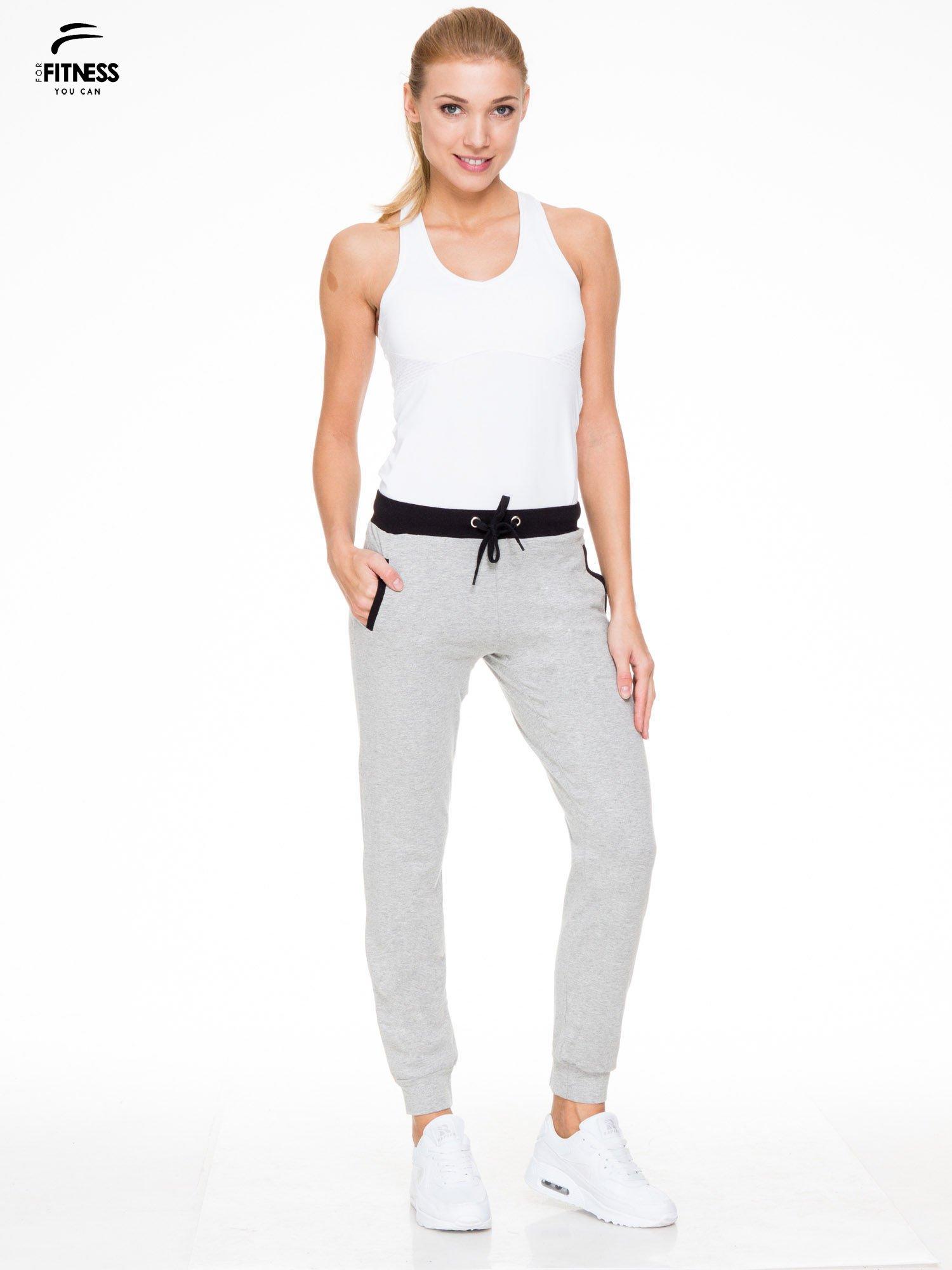 Szare spodnie dresowe z kontrastowym pasem i kieszeniami                                  zdj.                                  4