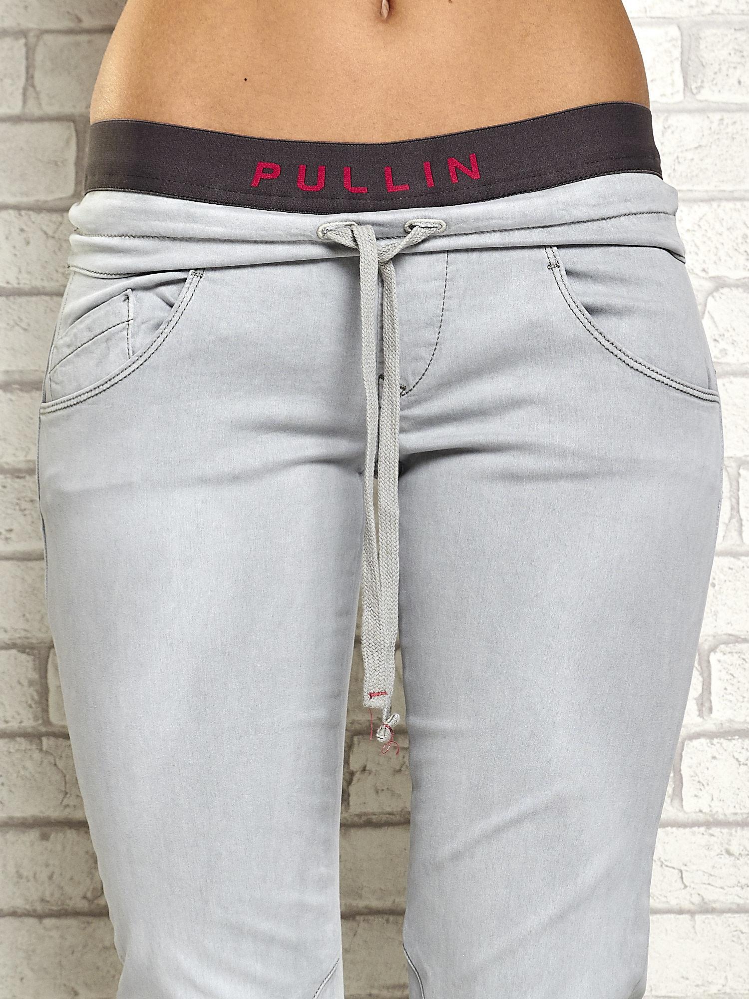 Szare spodnie z przeszyciami i fuksjową gumką w pasie                                  zdj.                                  4