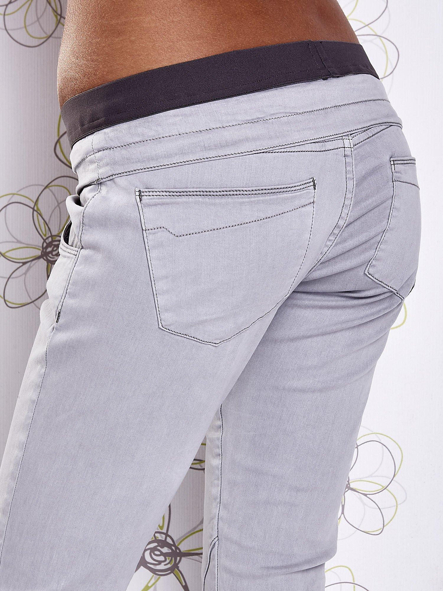 Szare spodnie z przeszyciami i kolorową gumką w pasie                                  zdj.                                  6