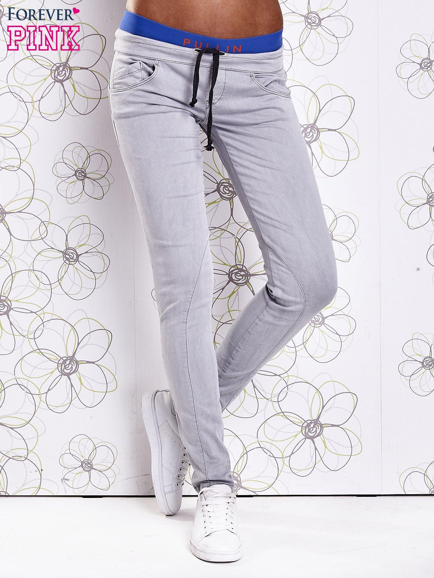 Szare spodnie z przeszyciami i niebieską gumką w pasie                                  zdj.                                  1