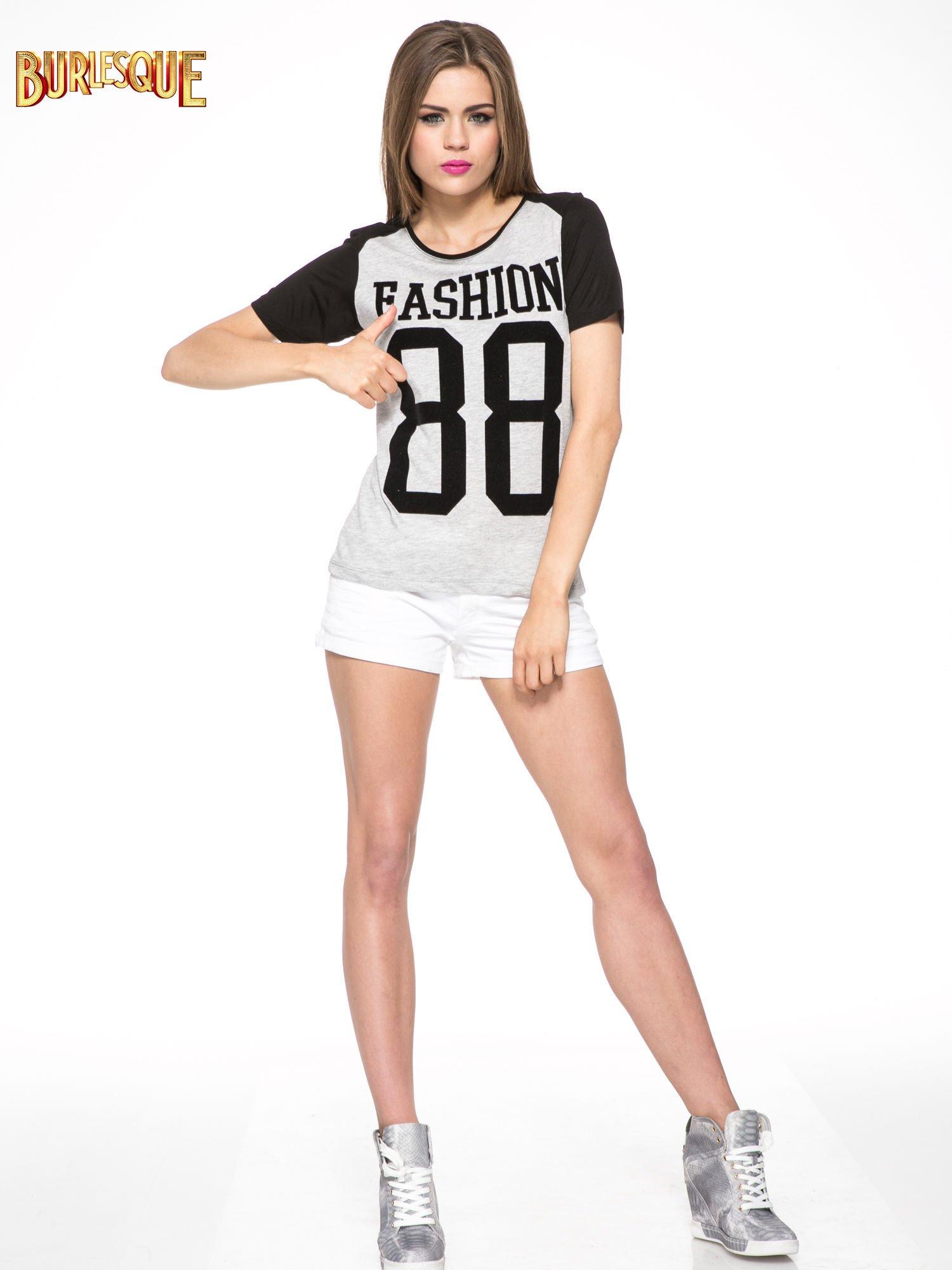Szaro-czarny t-shirt z nadrukiem FASHION 88                                  zdj.                                  2