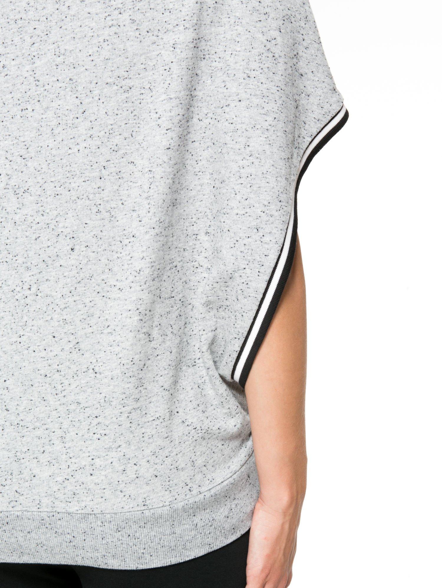 Szaromelanżowa bluza kangur z szerokim rozcięciem przy rękawach                                  zdj.                                  9