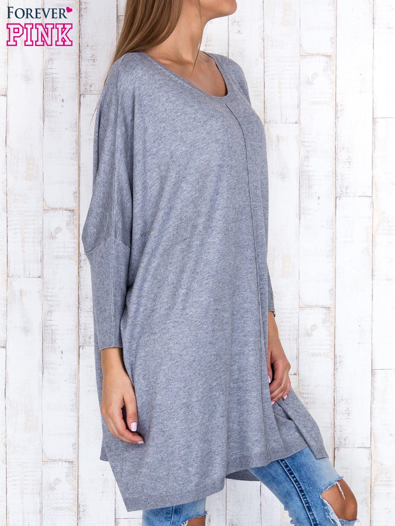 Szary długi sweter oversize z nietoperzowymi rękawami                                  zdj.                                  3