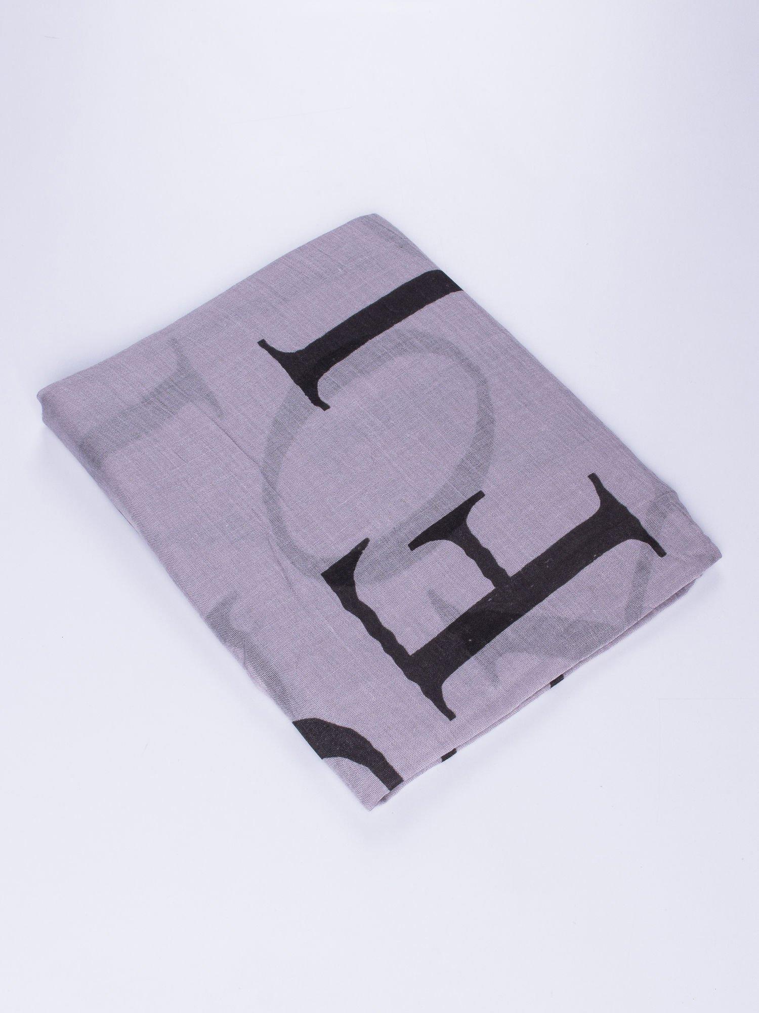 Szary duży szal z literowym nadrukiem                                  zdj.                                  2