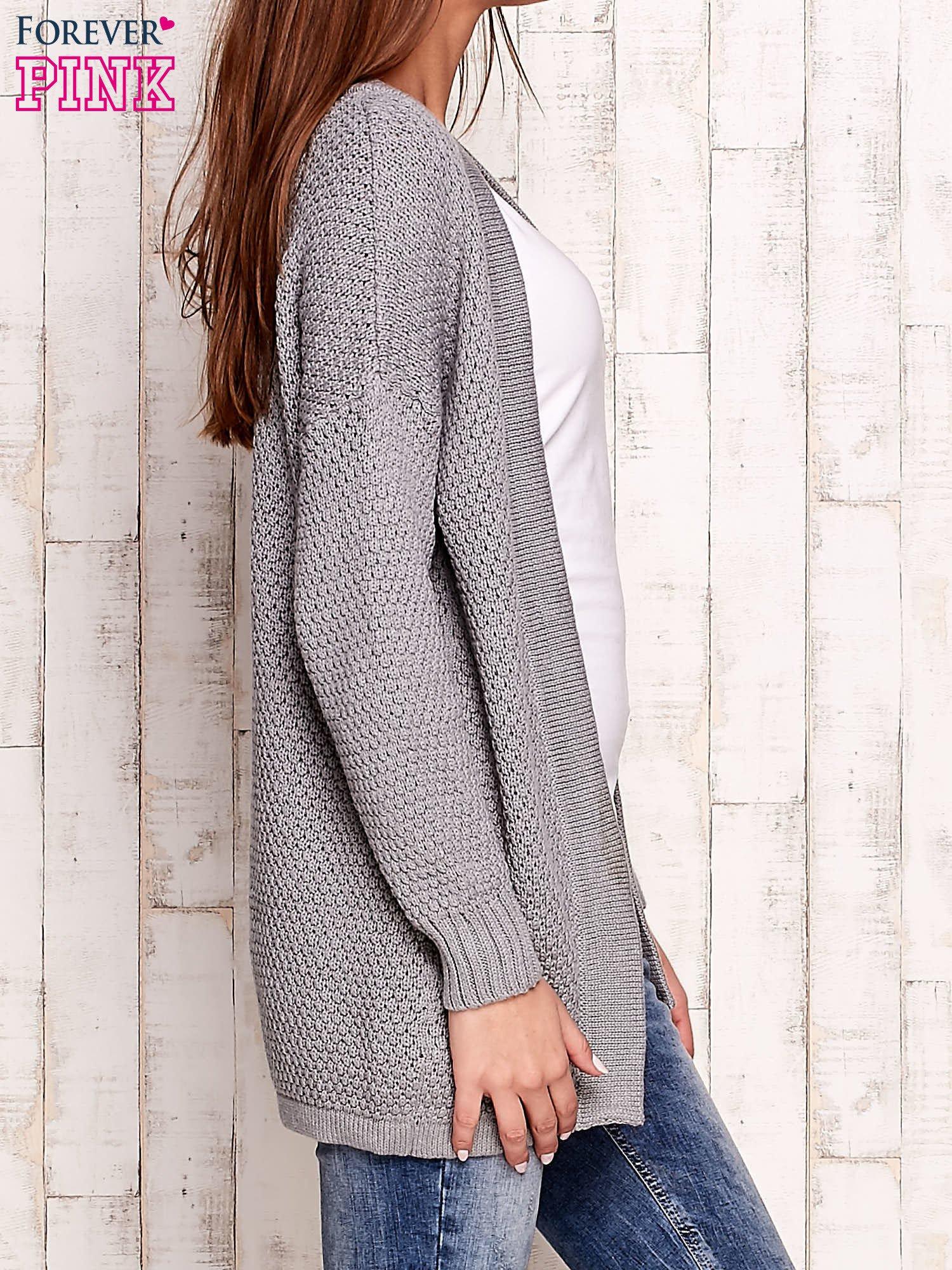 Szary fakturowany otwarty sweter                                   zdj.                                  3