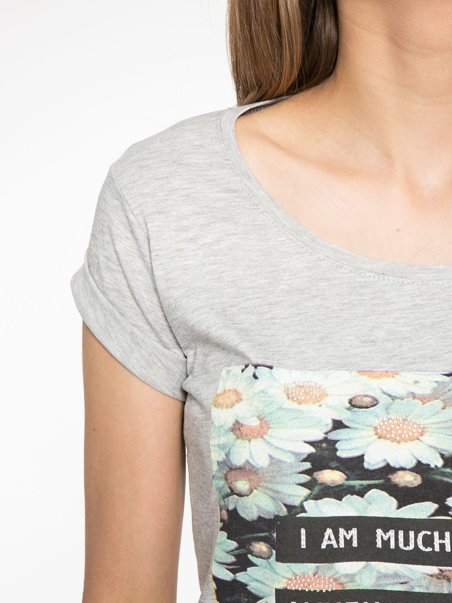 Szary krótki t-shirt z nadrukiem stokrotek i napisem                                  zdj.                                  5