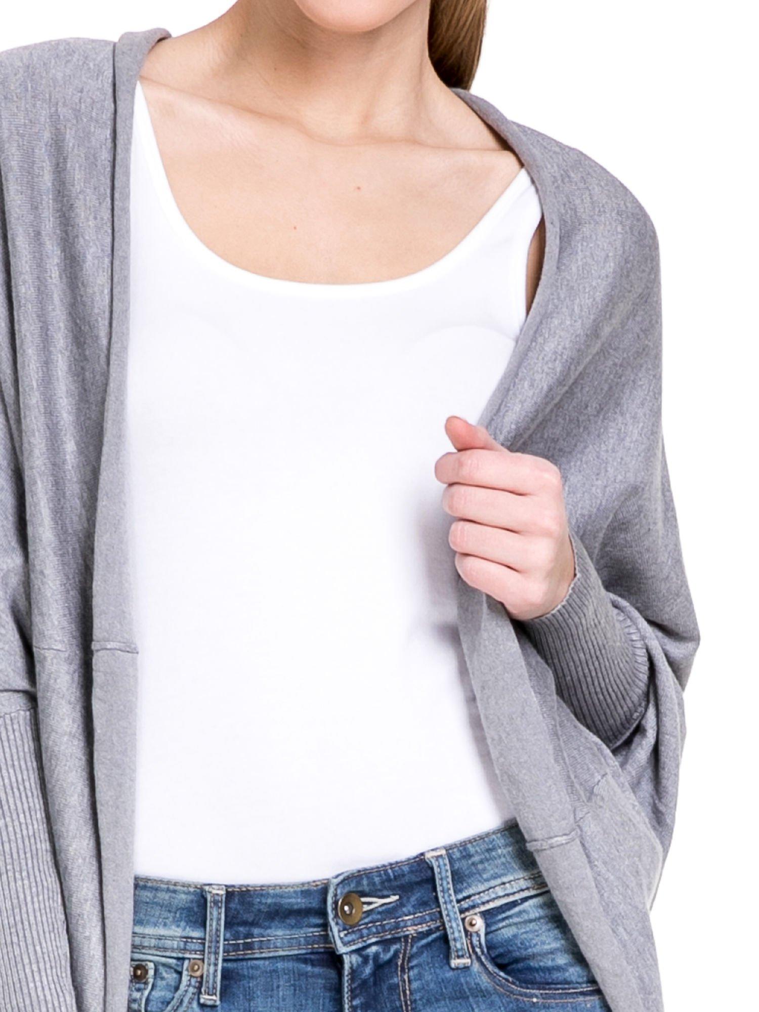 Szary sweter narzutka z nietoperzowymi rękawami                                  zdj.                                  5