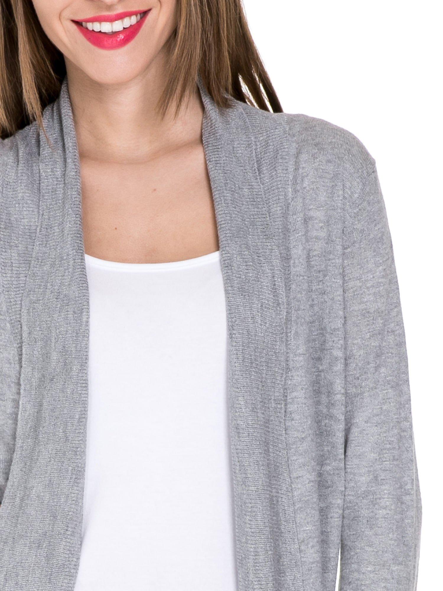 Szary sweter narzutka z wywijanymi rękawami                                  zdj.                                  5