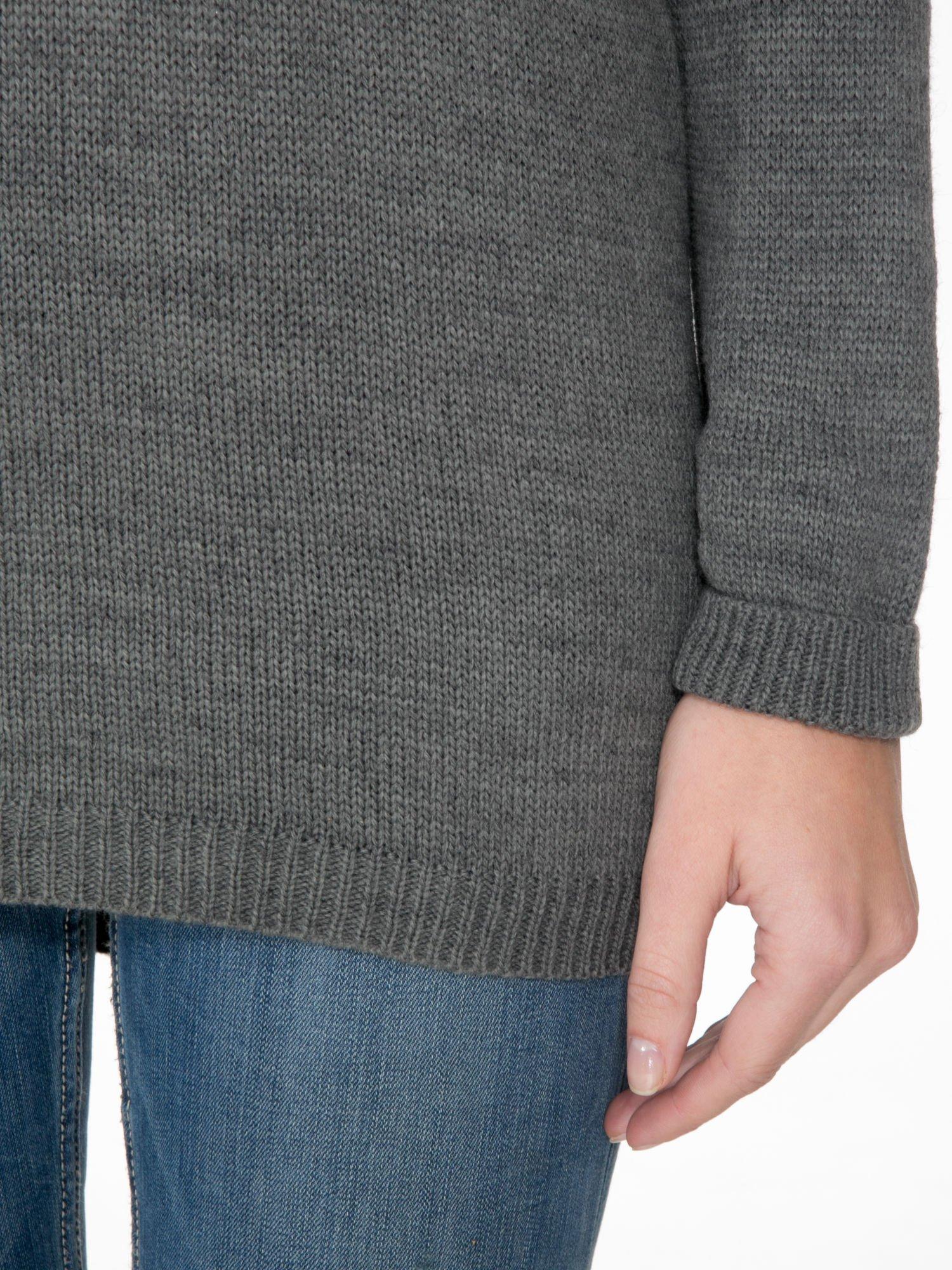 Szary sweter z nadrukiem WANTED i dżetami                                  zdj.                                  6