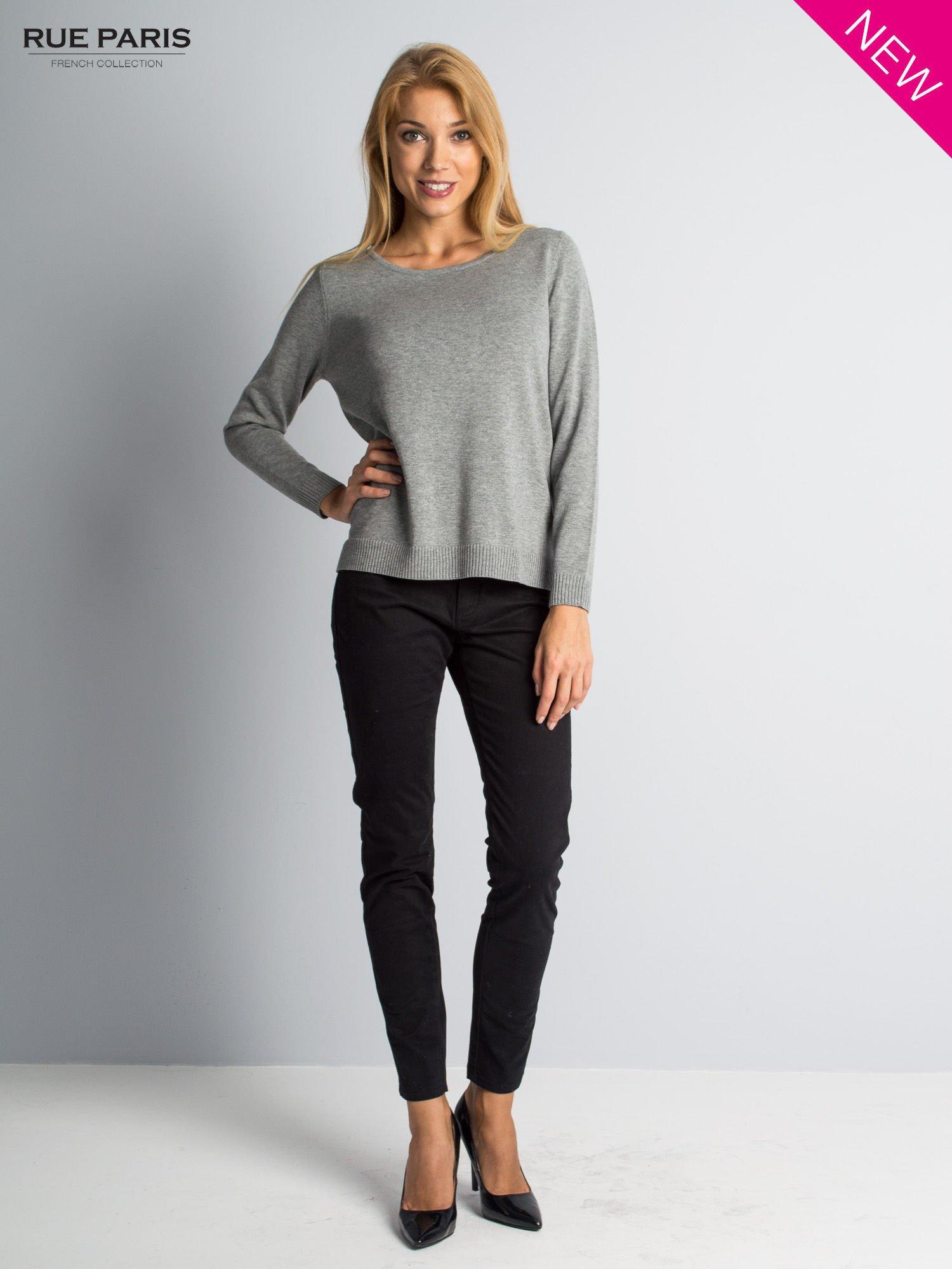 Szary sweter z rozporkami i dłuższym tyłem                                  zdj.                                  2