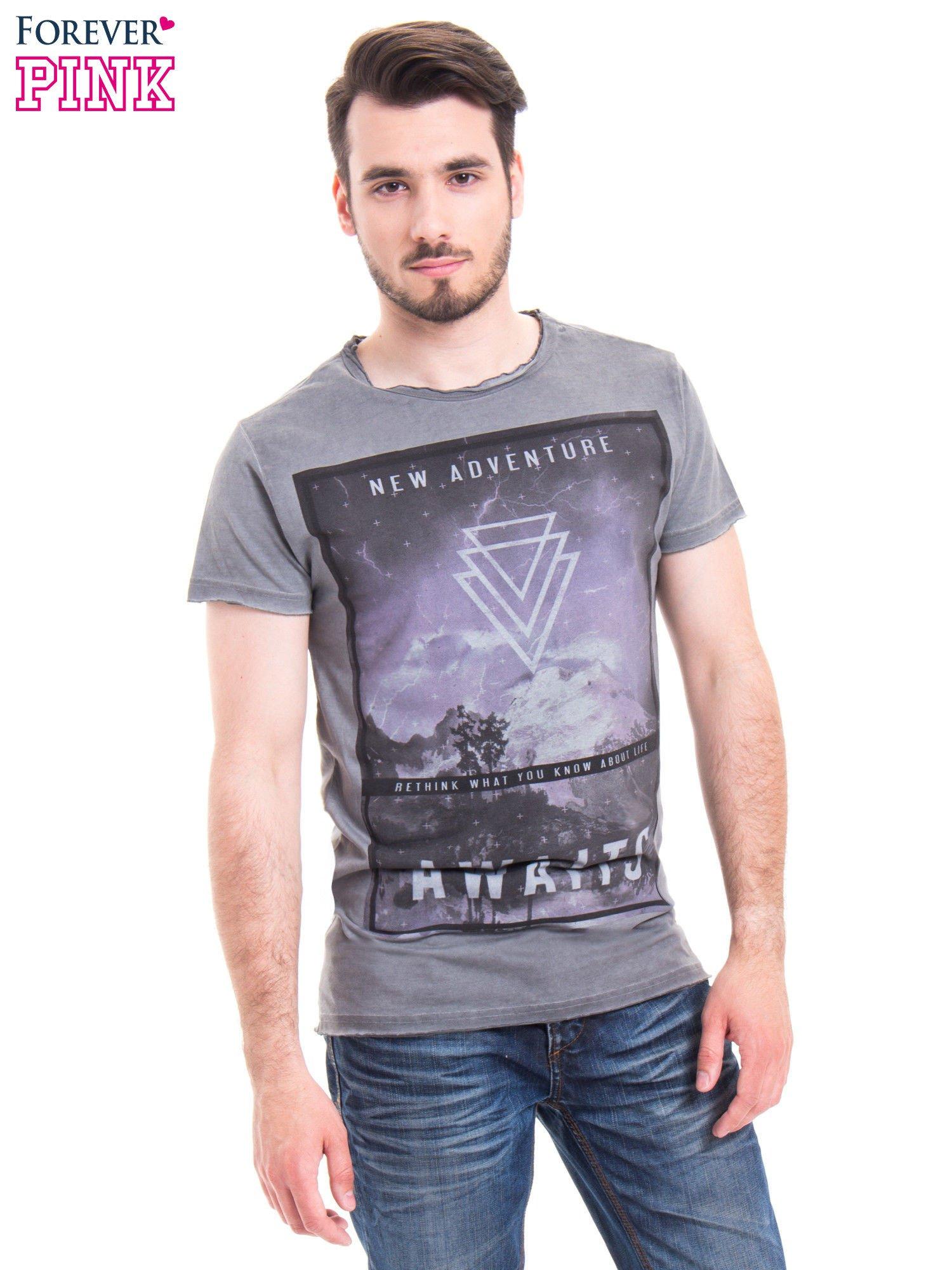 Szary t-shirt męski z nadrukiem NEW ADVENTURE AWAITS                                  zdj.                                  1