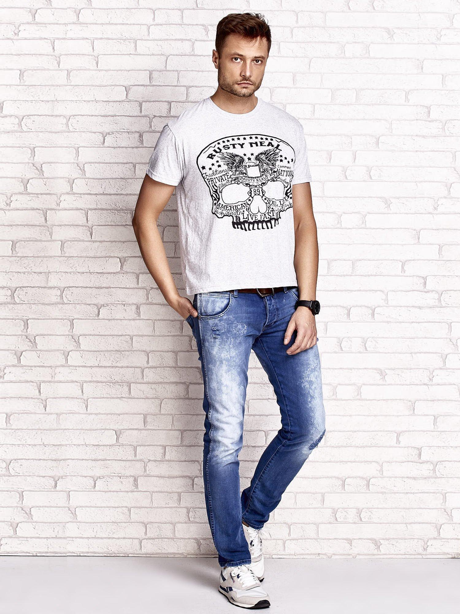 Szary t-shirt męski z nadrukiem czaszki i napisami                                  zdj.                                  4