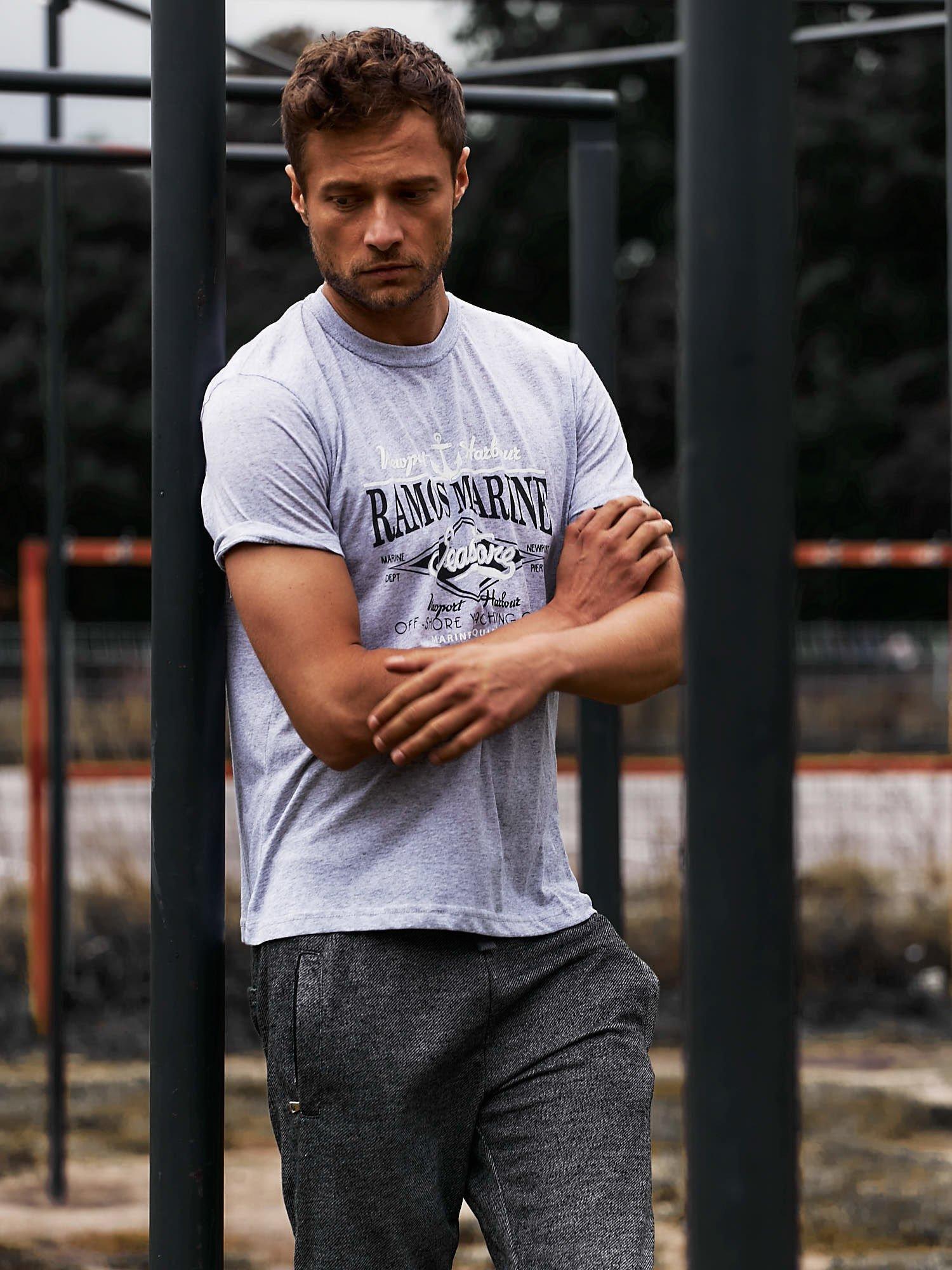 Szary t-shirt męski z napisami i kotwicą                                  zdj.                                  6