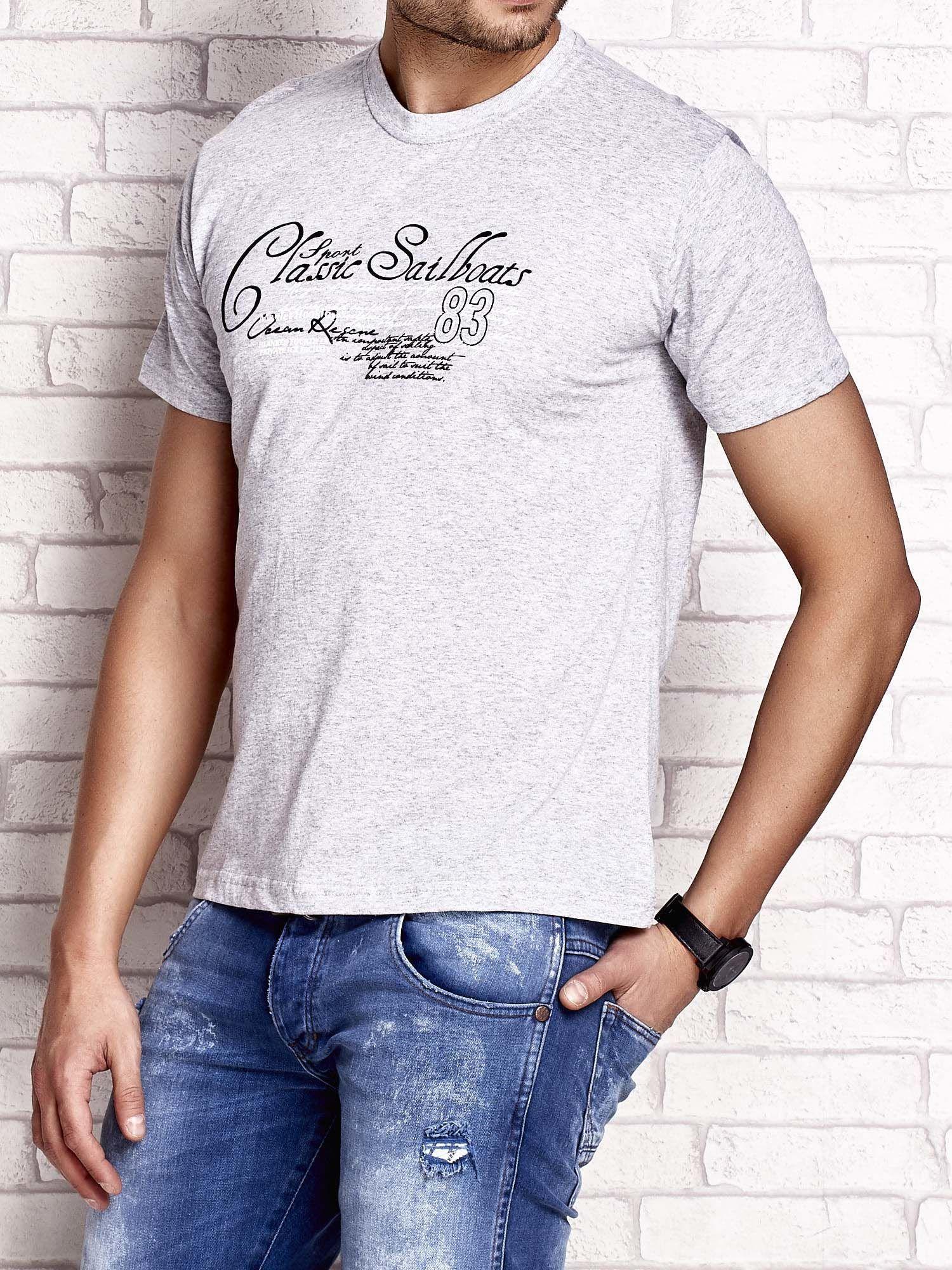 Szary t-shirt męski z napisami i liczbą 83                                  zdj.                                  3
