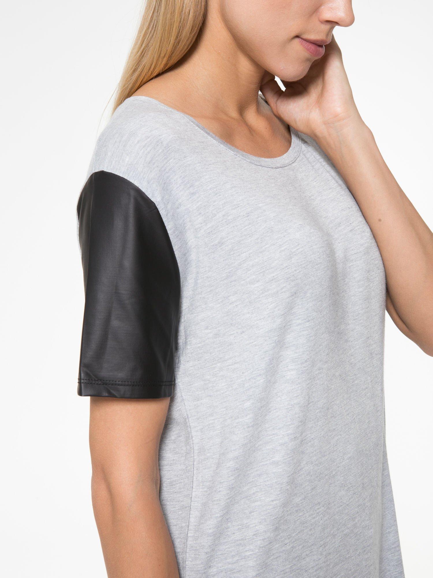 Szary t-shirt z czarnymi skórzanymi rękawami                                  zdj.                                  7