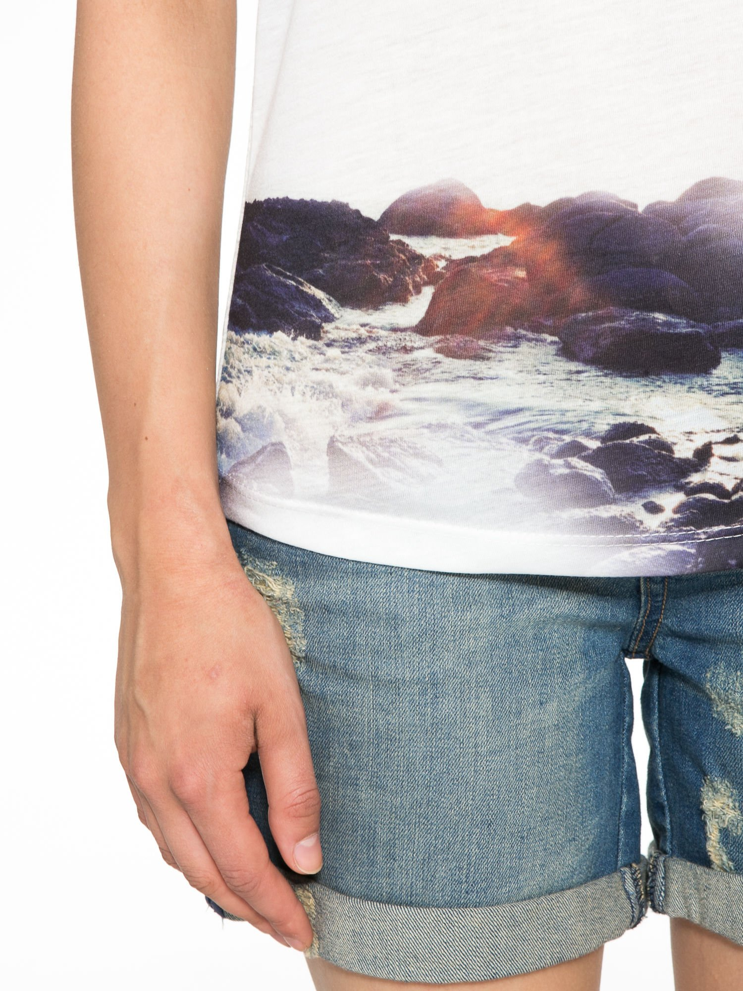 Szary t-shirt z nadrukiem pejzażu i napisem EXQUISTE z dżetami                                  zdj.                                  6