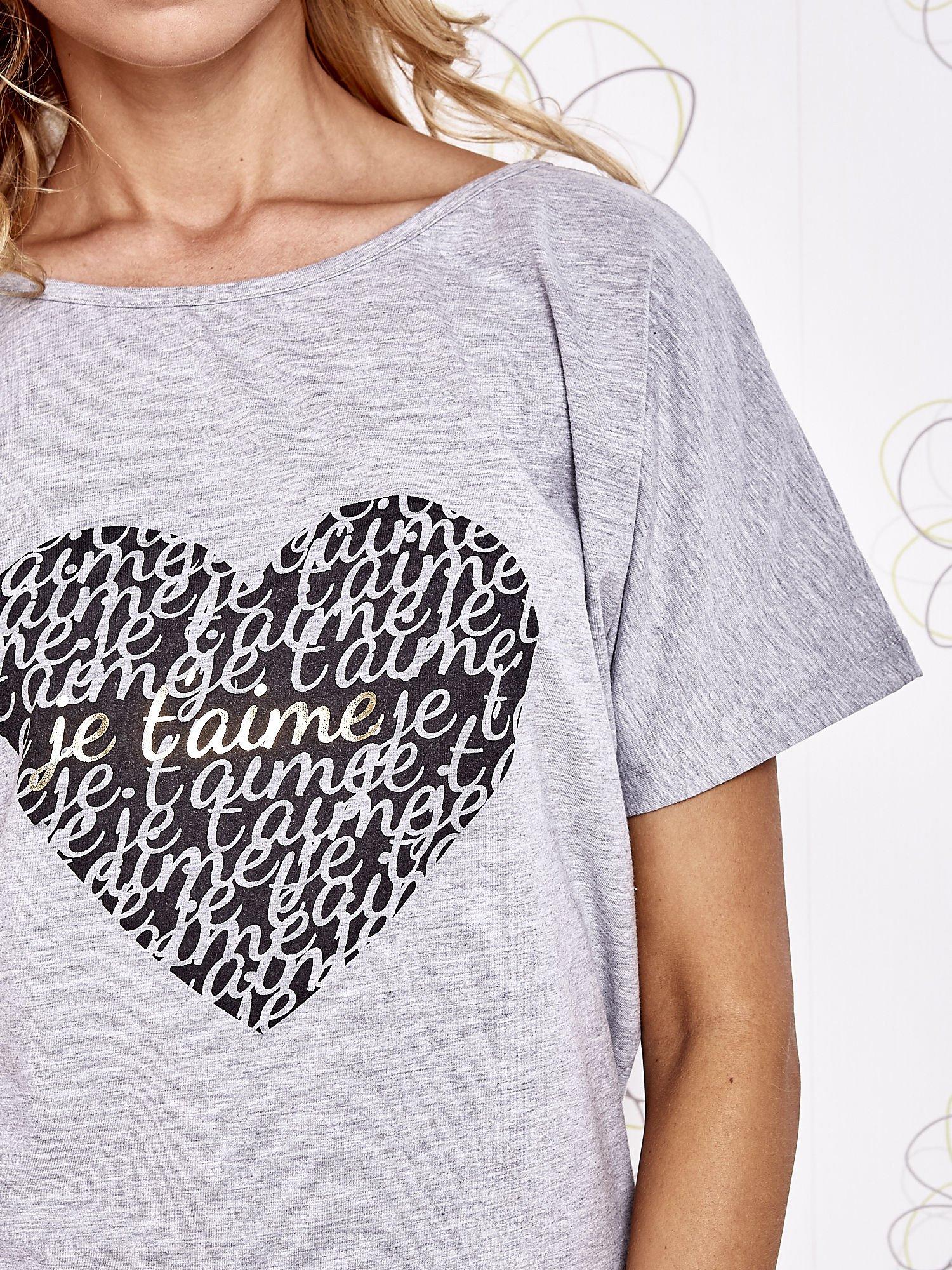 Szary t-shirt z napisem JE T'AIME i dekoltem na plecach                                  zdj.                                  5