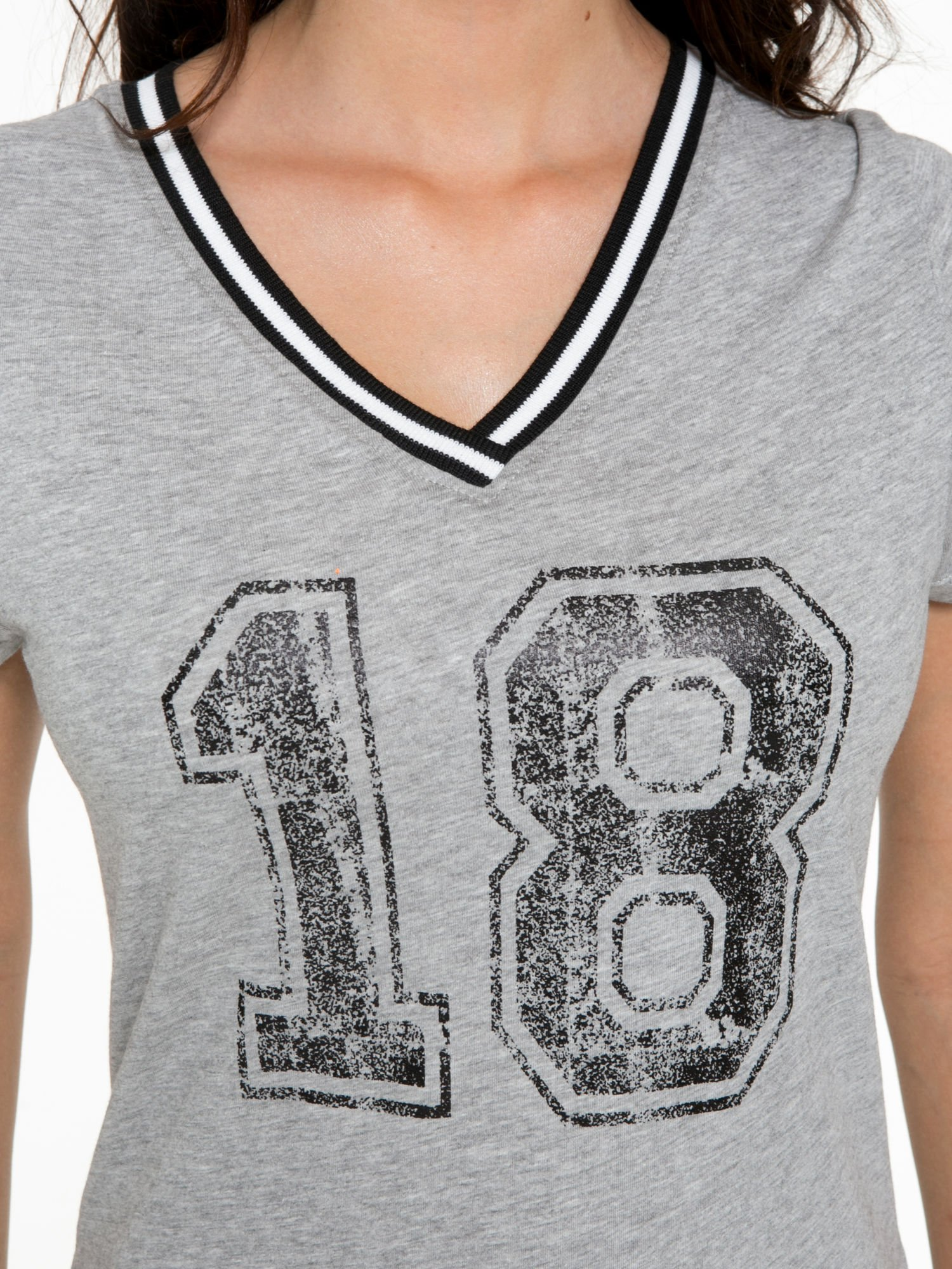Szary t-shirt z numerem i sportową lamówką w stylu college                                  zdj.                                  8