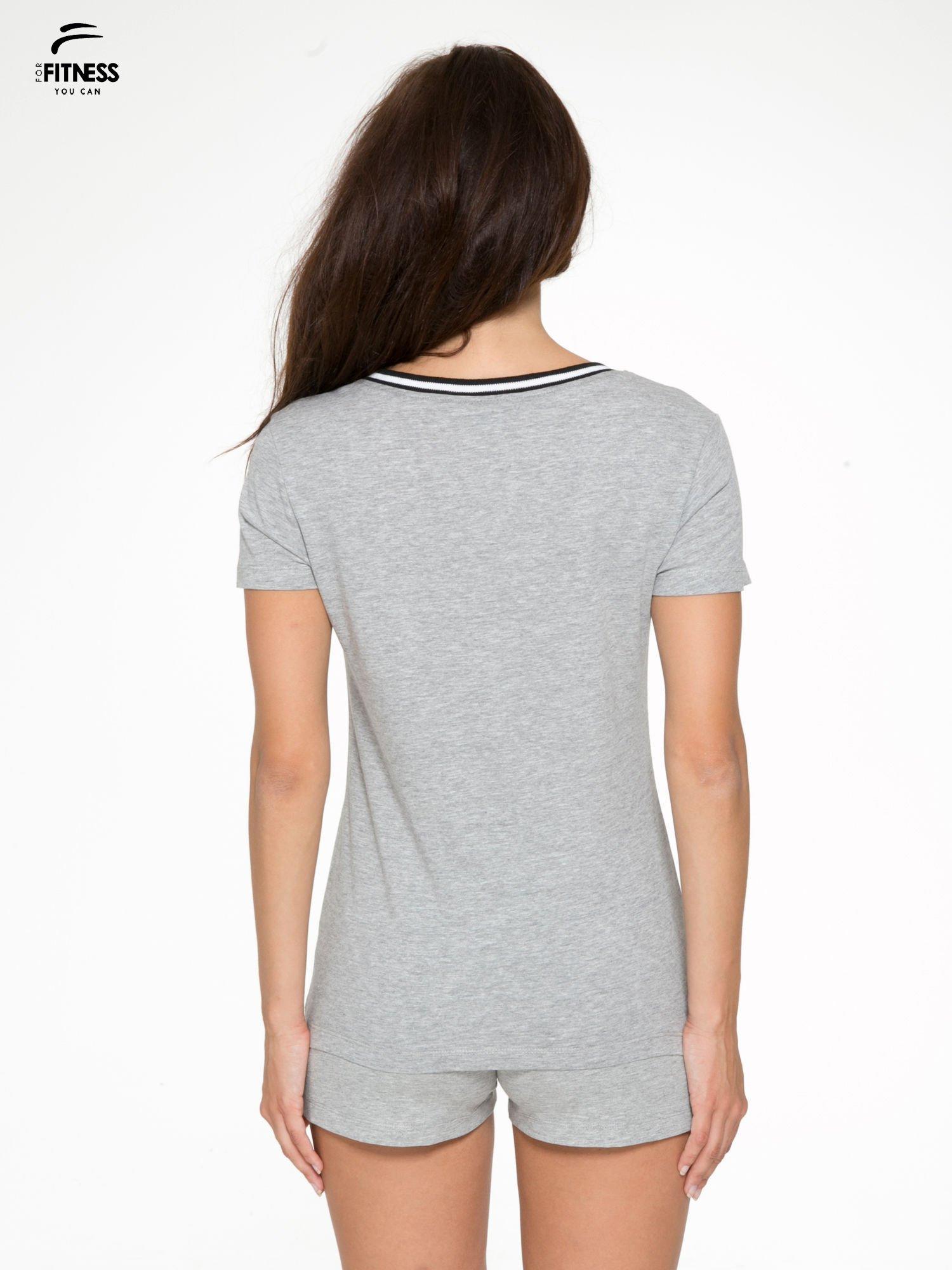 Szary t-shirt z numerem i sportową lamówką w stylu college                                  zdj.                                  4