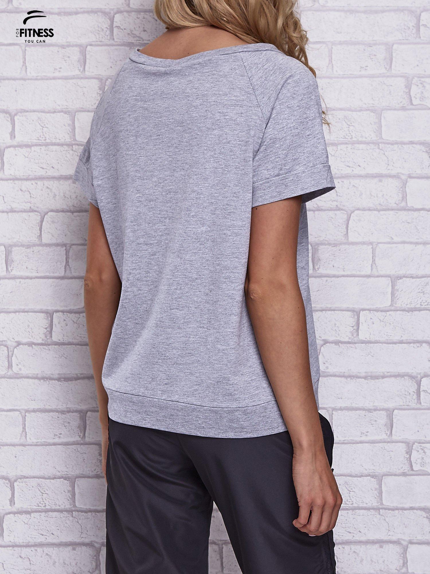Szary t-shirt z palmowym nadrukiem                                  zdj.                                  2