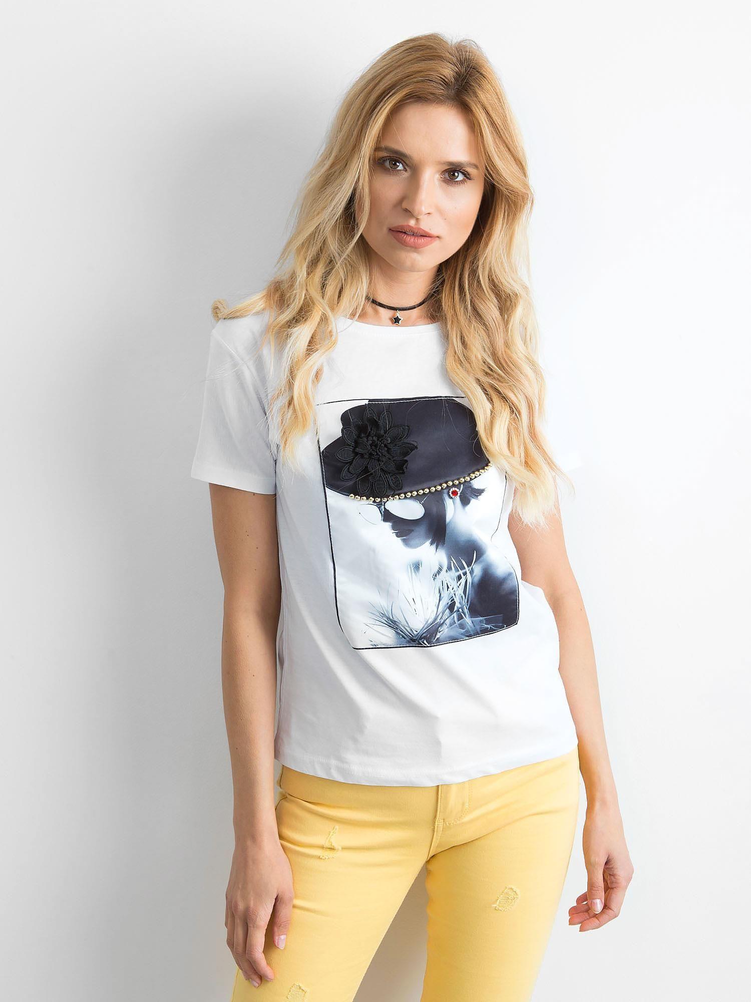 3d7d8fe9fcf82f T-shirt damski z aplikacją 3D biały - T-shirt z aplikacją - sklep ...