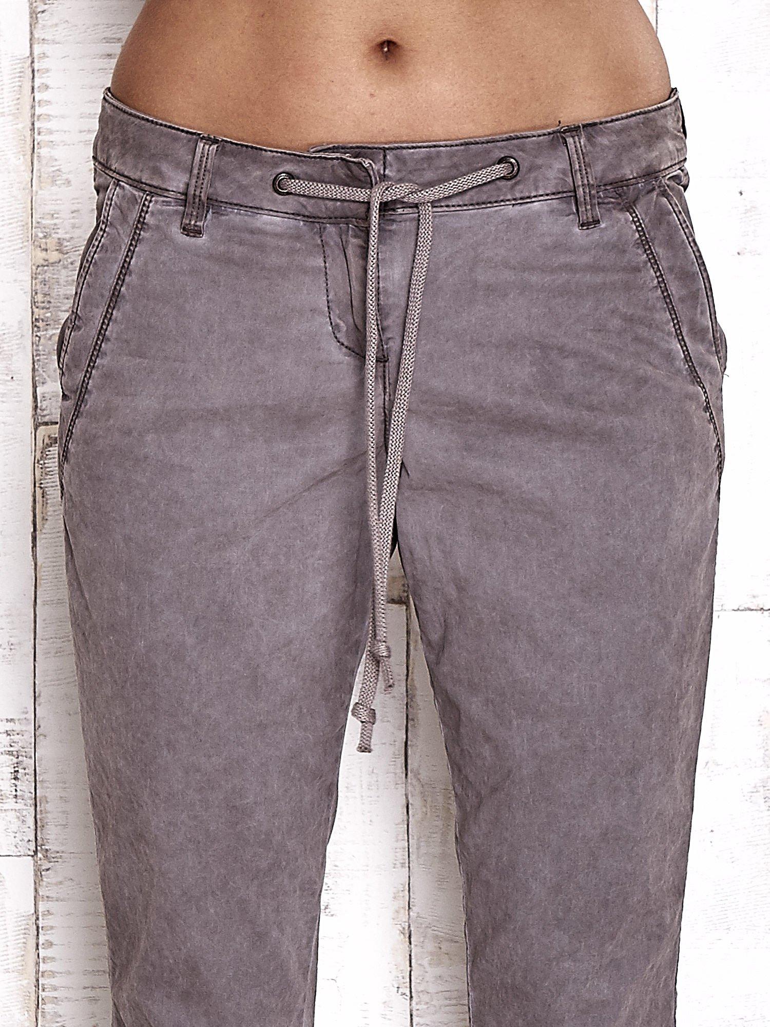 TOM TAILOR Ciemnoszare spodnie chinosy z troczkiem                                  zdj.                                  4