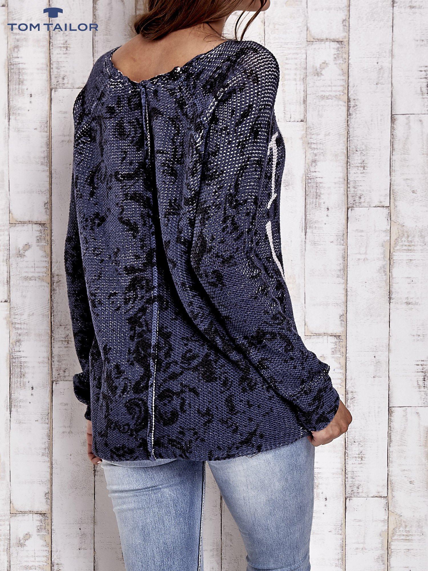 TOM TAILOR Granatowy sweter z literowym nadrukiem i cekinami                                  zdj.                                  2