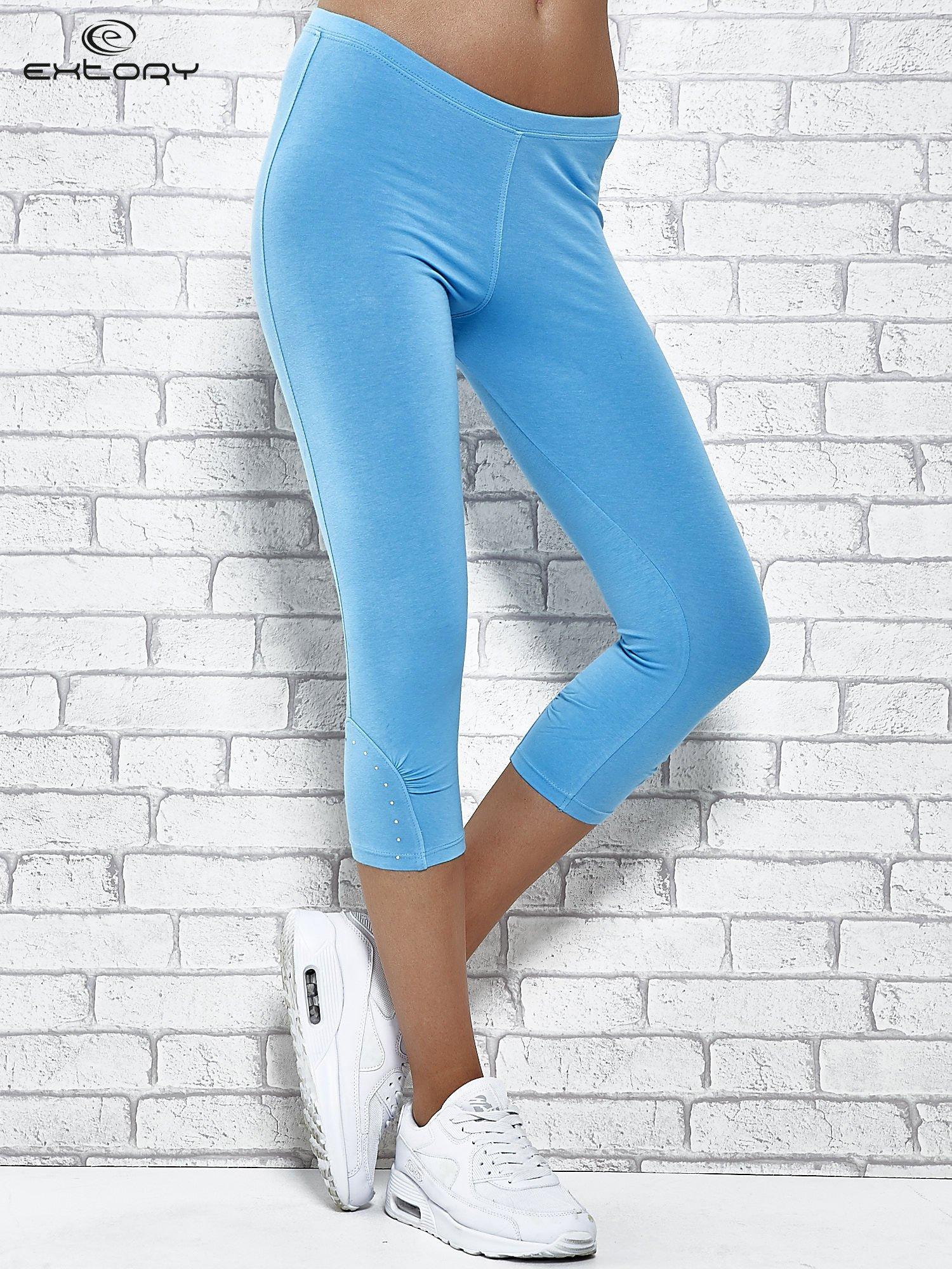 Turkusowe legginsy sportowe z dżetami i marszczoną nogawką za kolano                                  zdj.                                  1