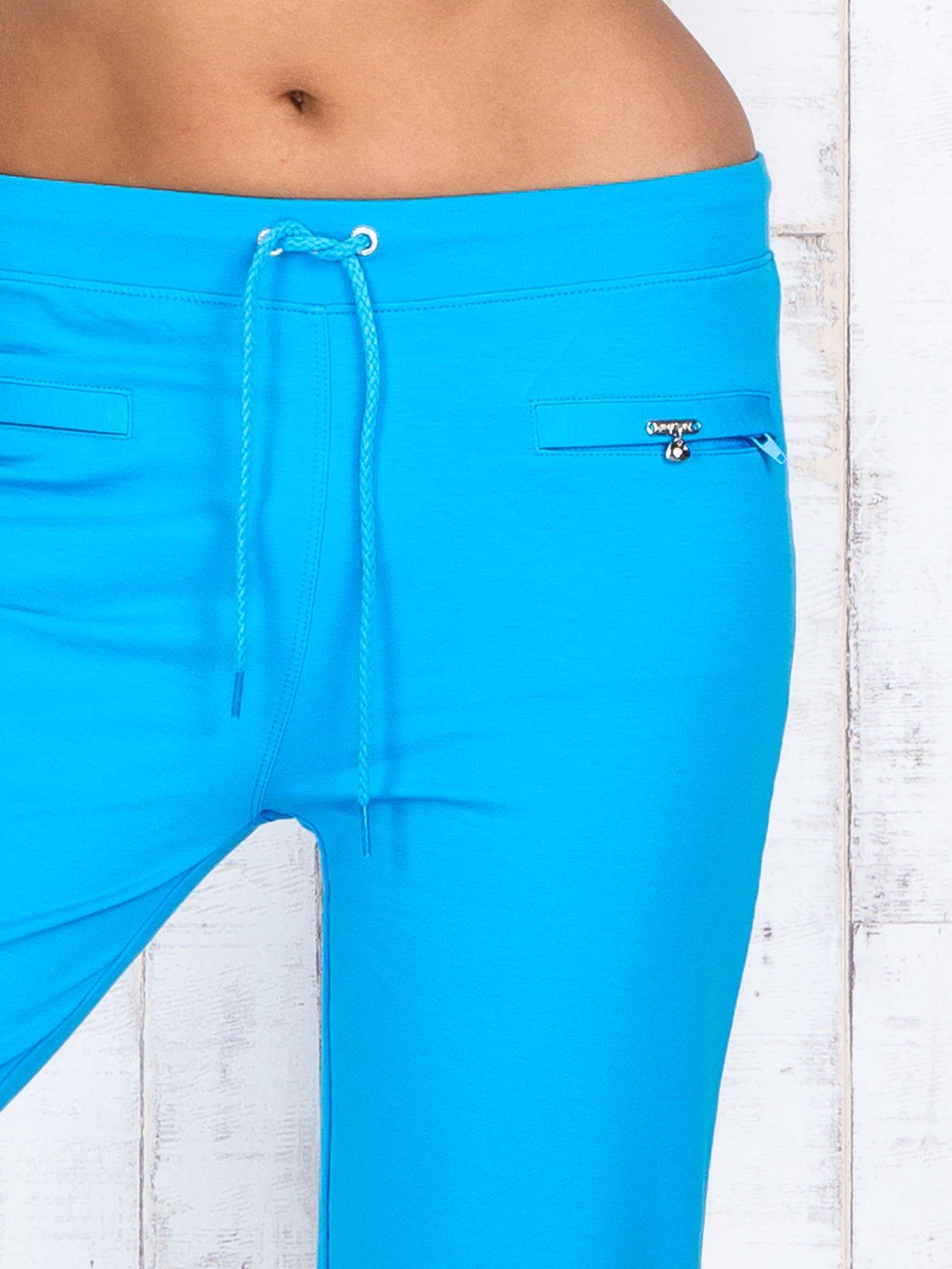 Turkusowe spodnie capri z wszytymi kieszonkami                                  zdj.                                  4