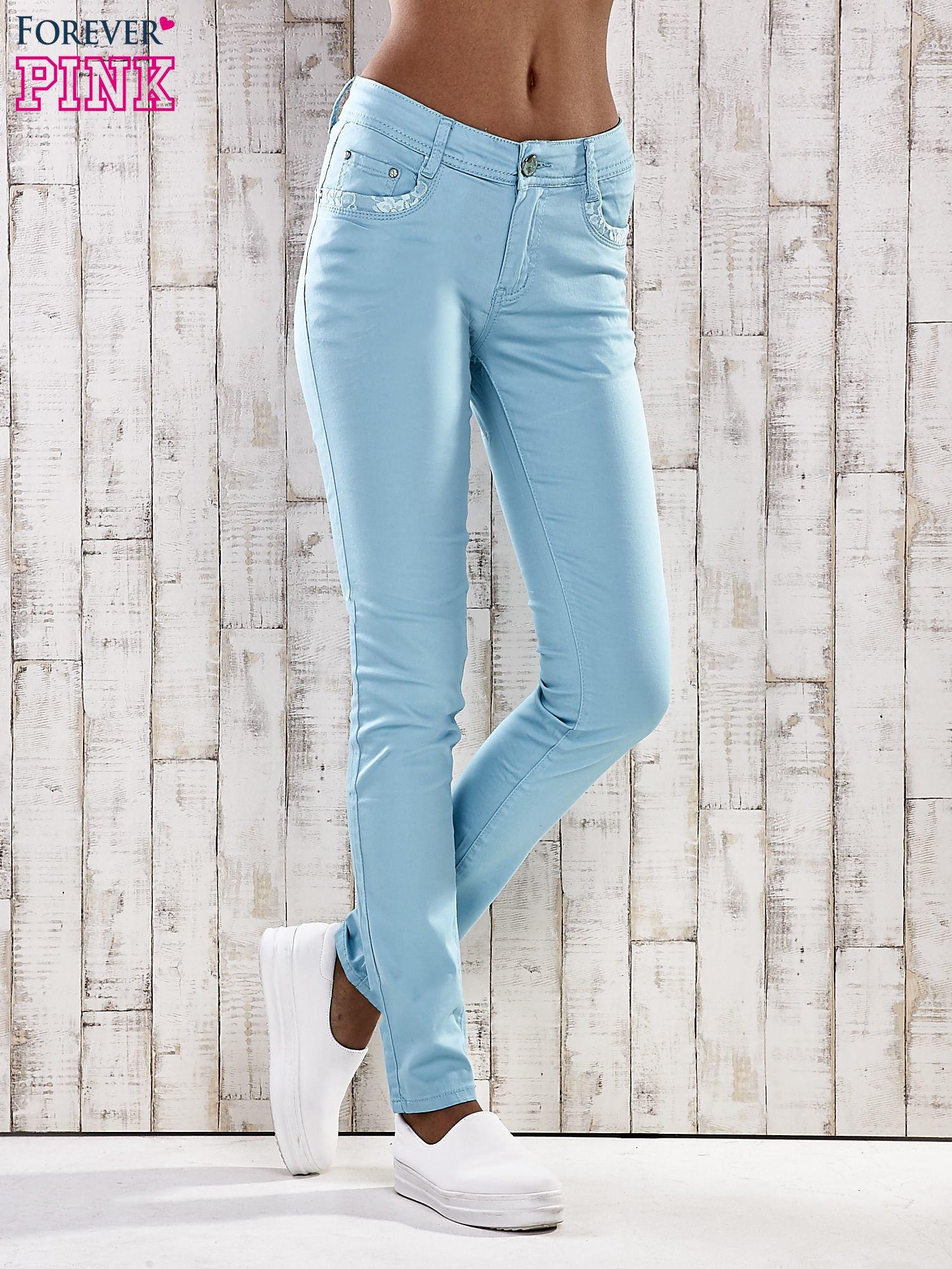 Turkusowe spodnie skinny jeans z koronką                                  zdj.                                  1