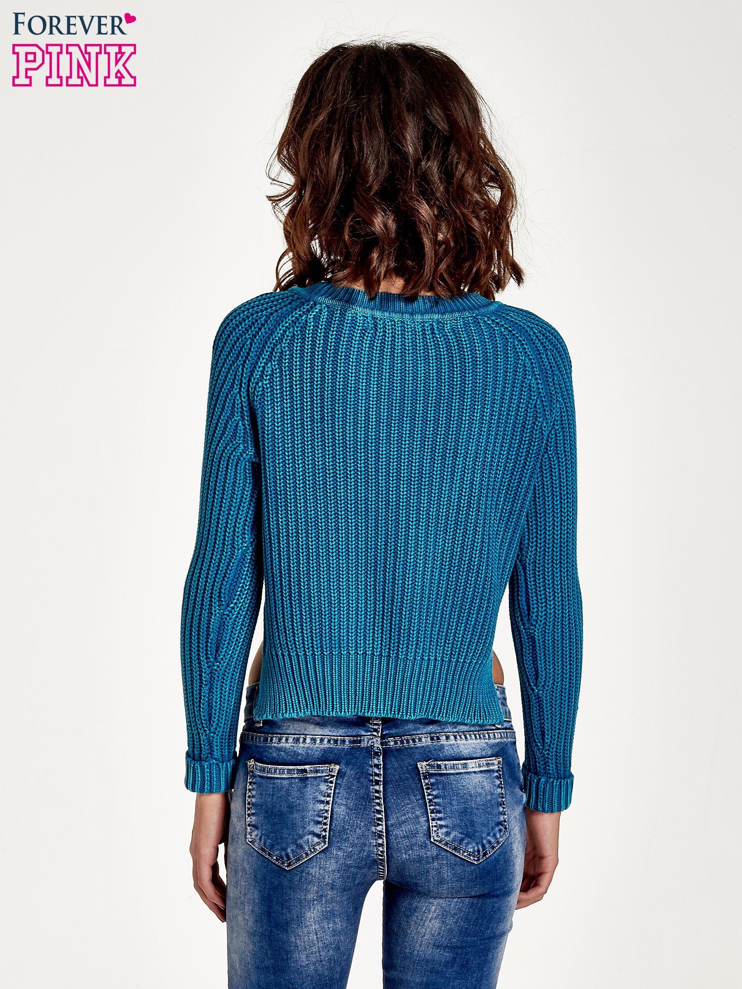 Turkusowy sweter cropped z rozporkami                                  zdj.                                  4