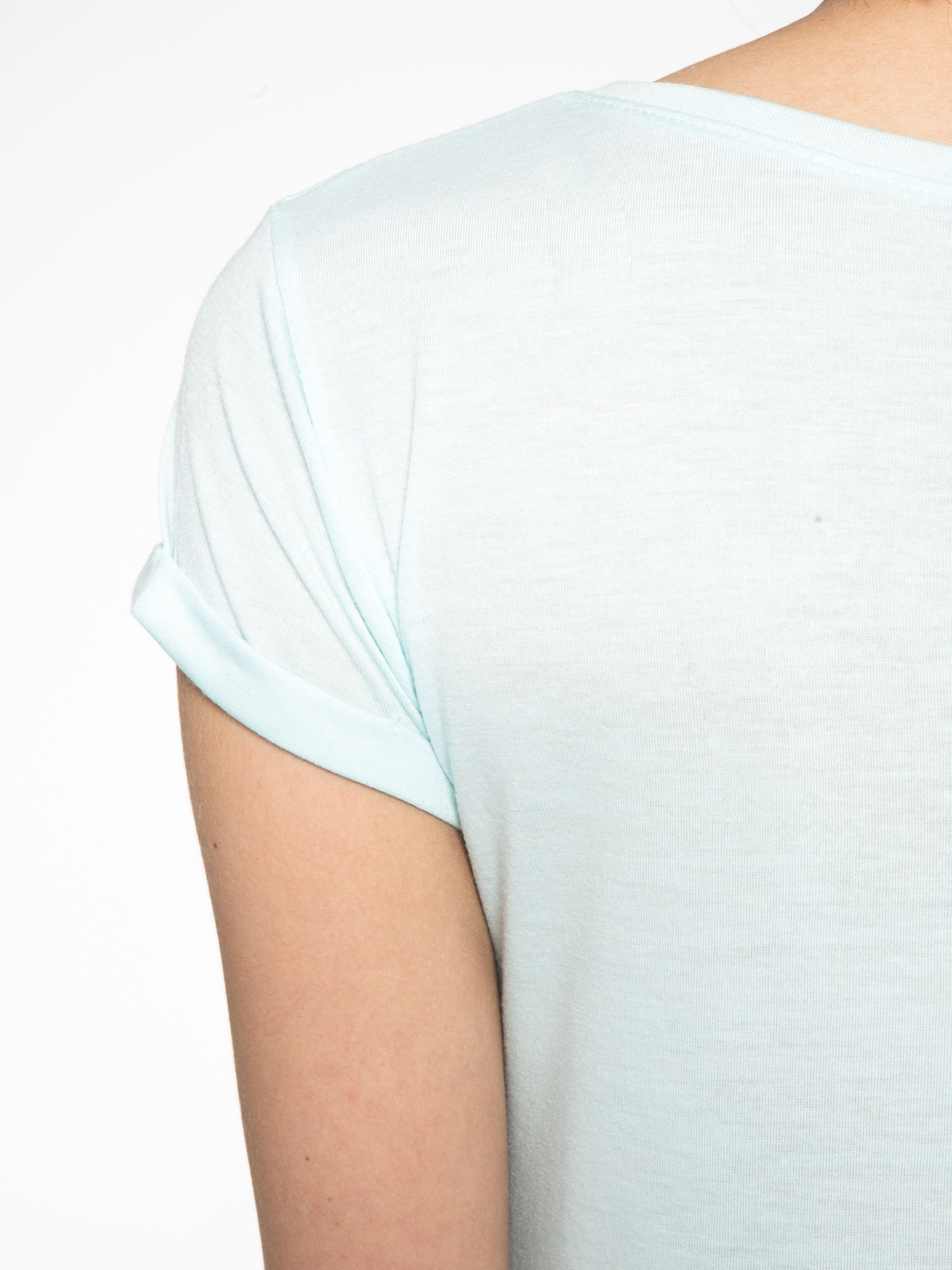 Turkusowy t-shirt z nadrukiem kota i myszy                                  zdj.                                  11