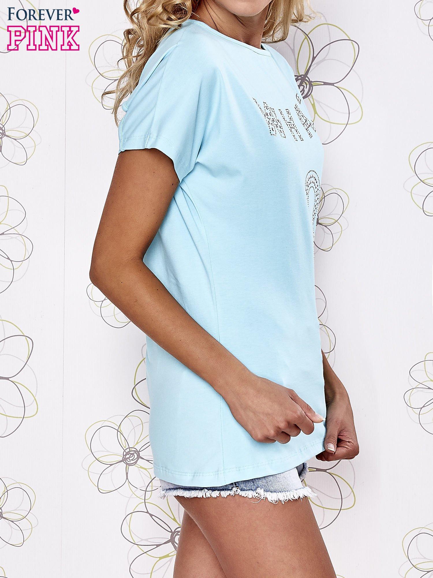 Turkusowy t-shirt z napisem i trójkątnym wycięciem na plecach                                  zdj.                                  3