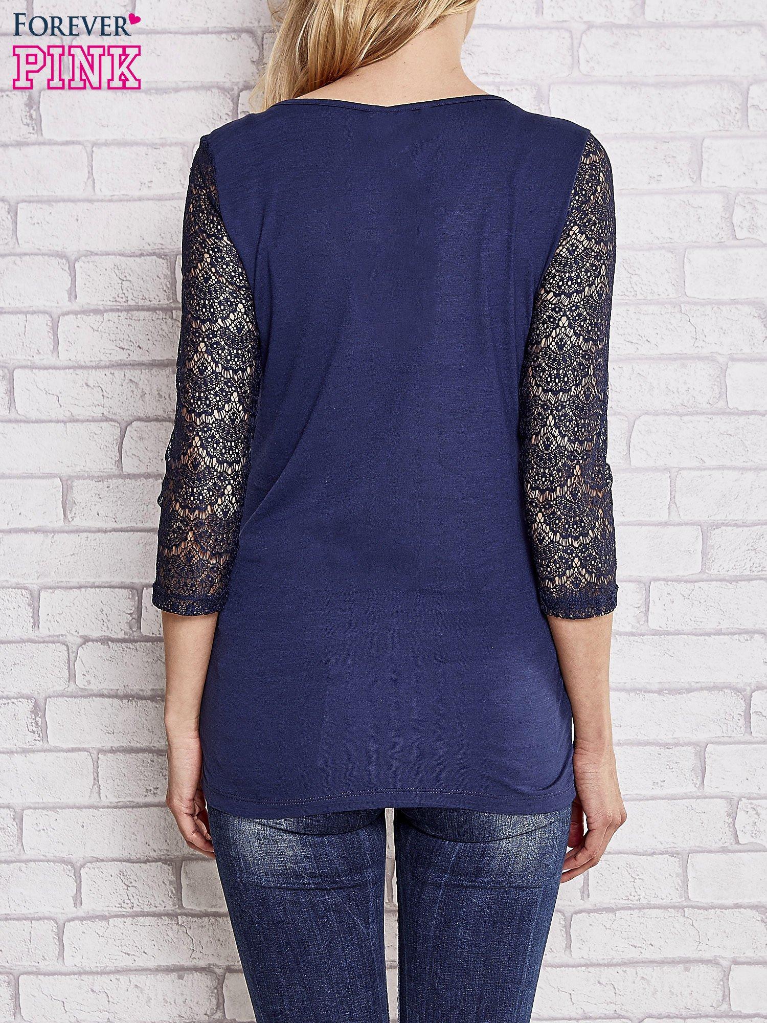 VERO MODA Granatowa bluzka z koronkowym przodem                                  zdj.                                  2