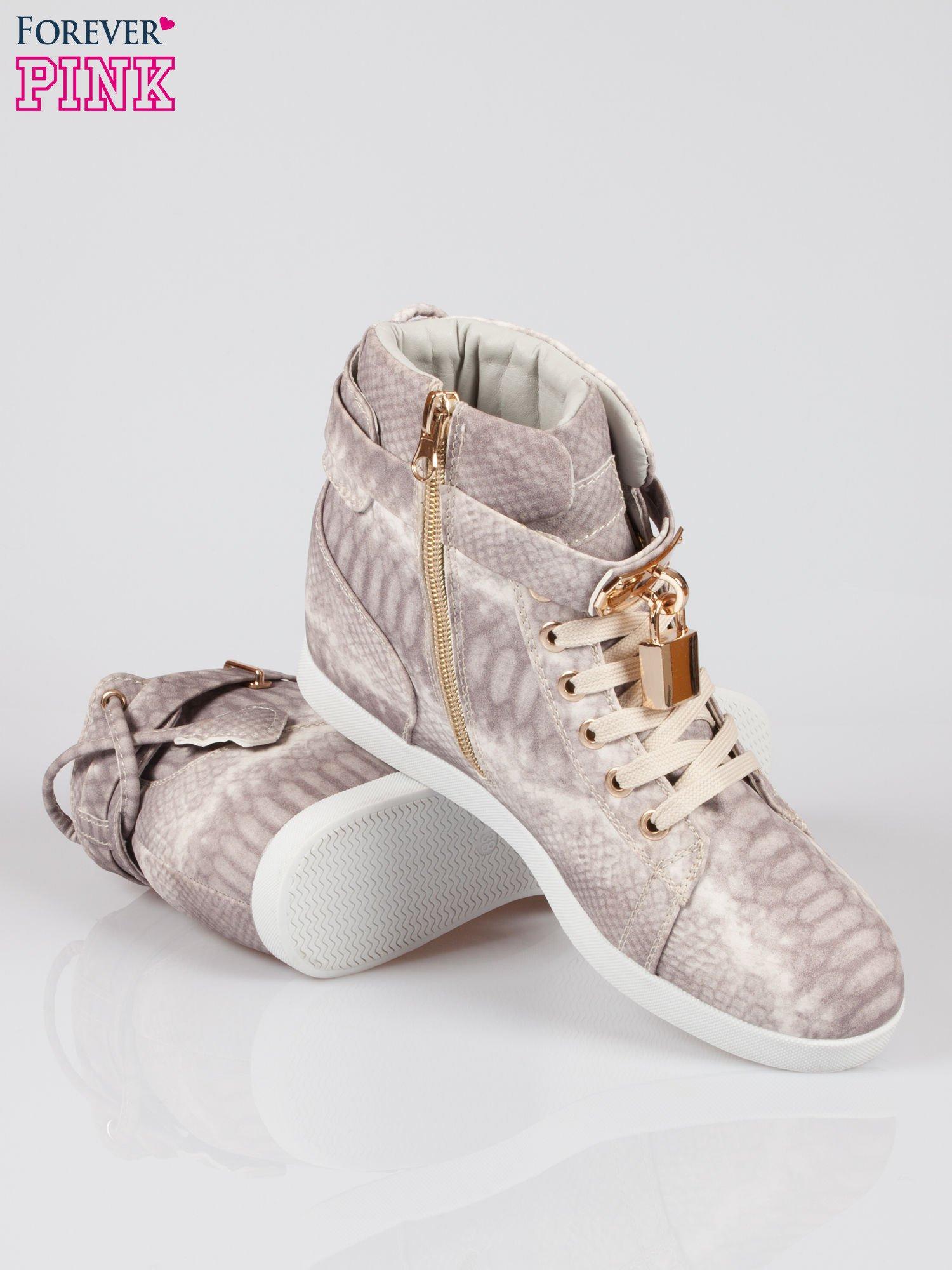 Wężowe sneakersy damskie ze złotą kłódką                                  zdj.                                  4