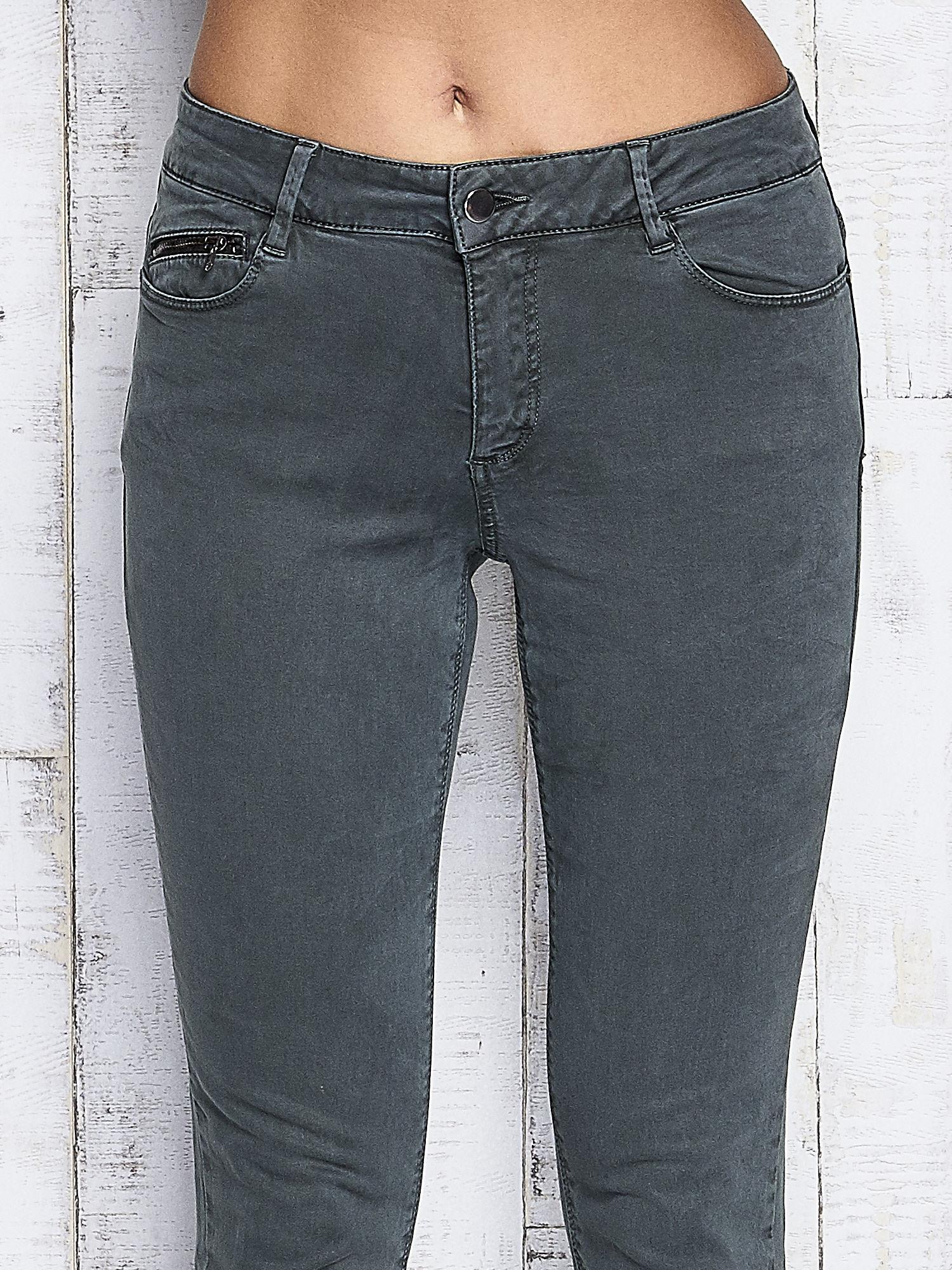 Zielone spodnie z suwakami na nogawkach                                  zdj.                                  4