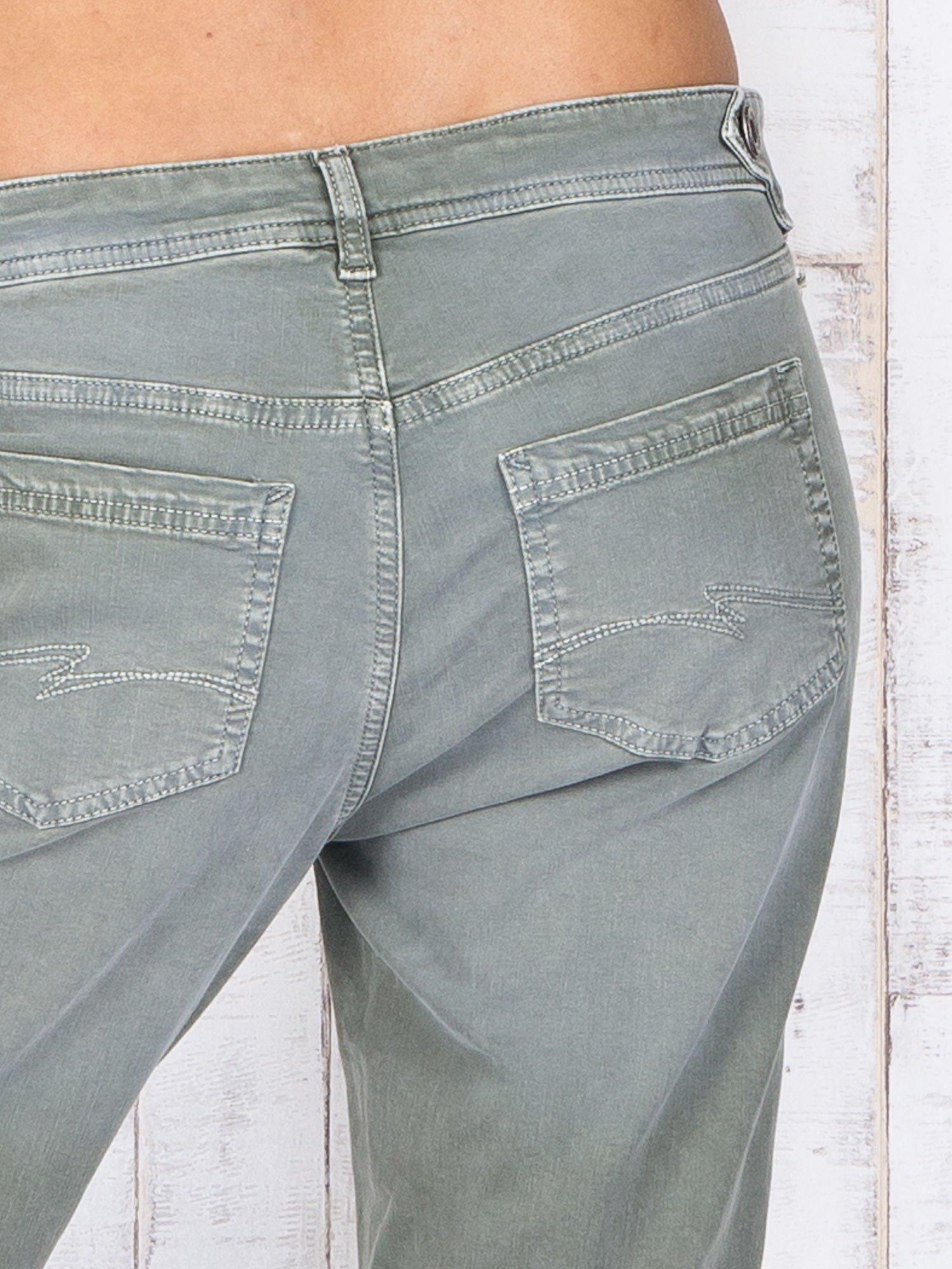 Zielone strechowe spodnie z koronką przy kieszeni                                  zdj.                                  5