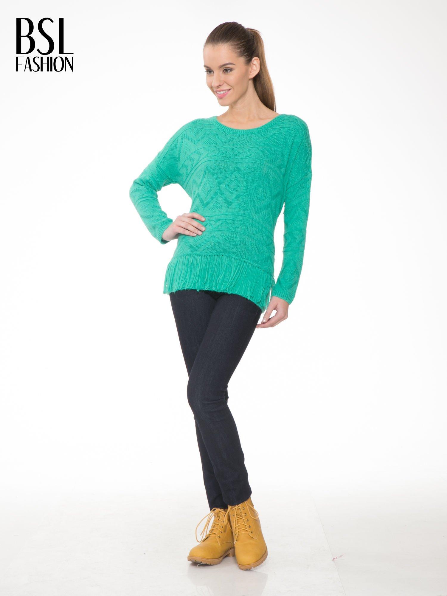 Zielony sweter w azteckie wzory z frędzlami na dole                                  zdj.                                  2