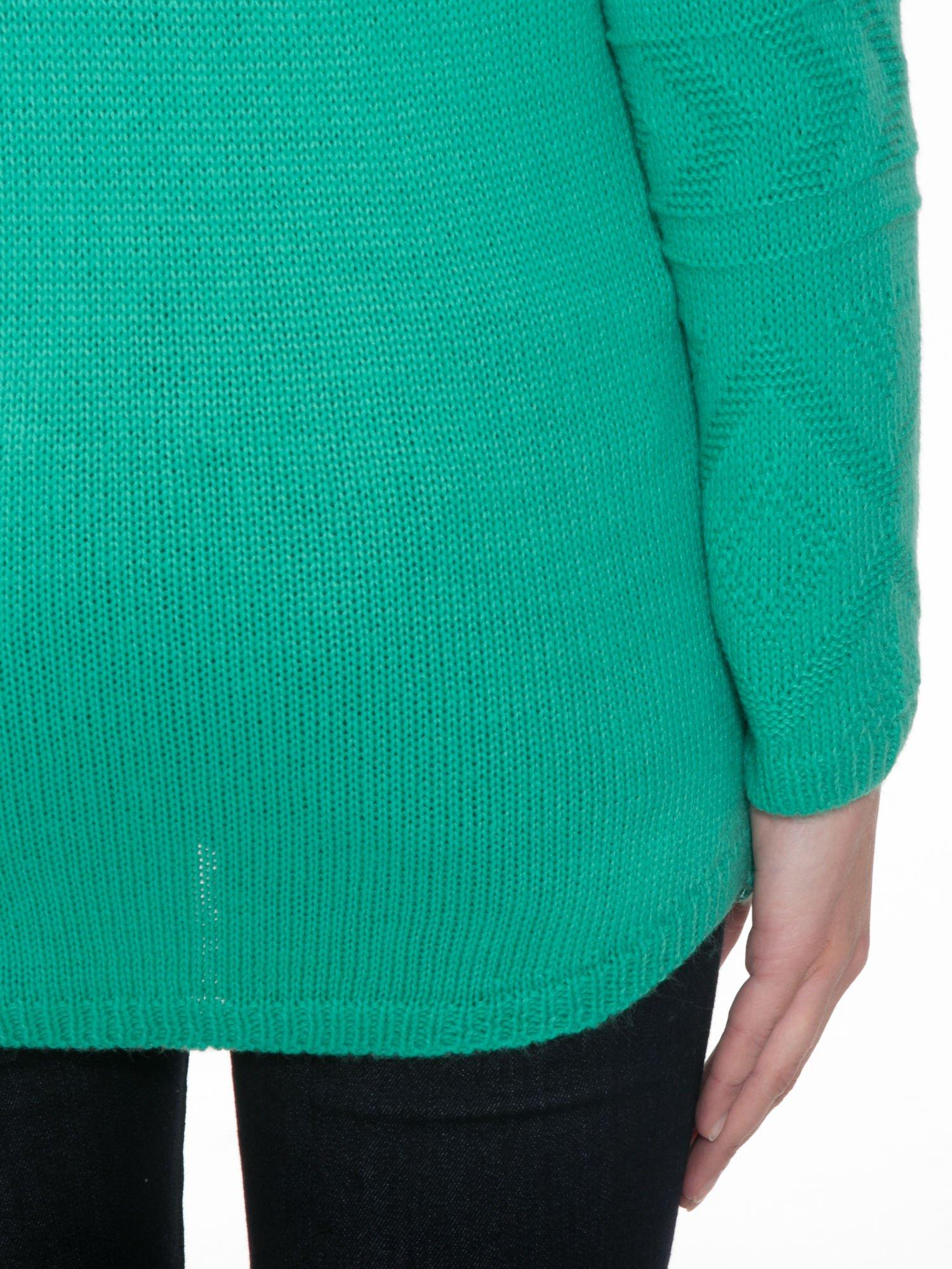 Zielony sweter w azteckie wzory z frędzlami na dole                                  zdj.                                  8
