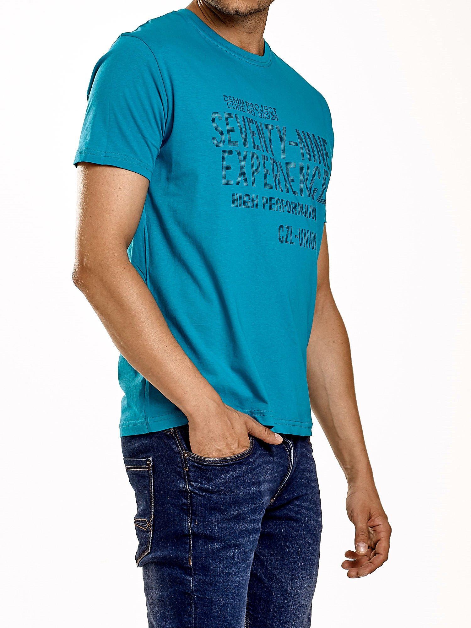 Zielony t-shirt męski z nadrukiem napisów                                  zdj.                                  4