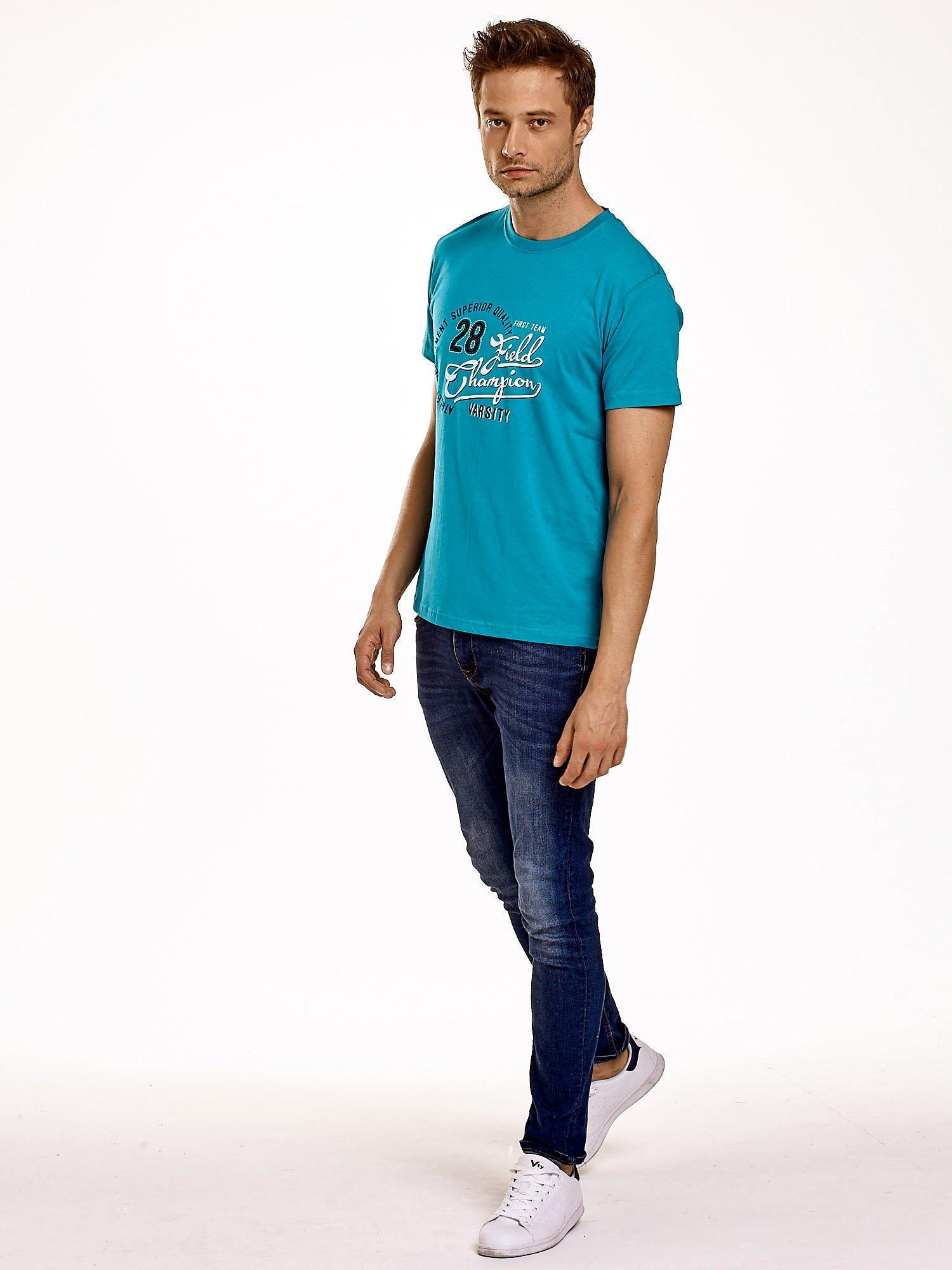Zielony t-shirt męski z napisem CHAMPION i liczbą 28                                  zdj.                                  5