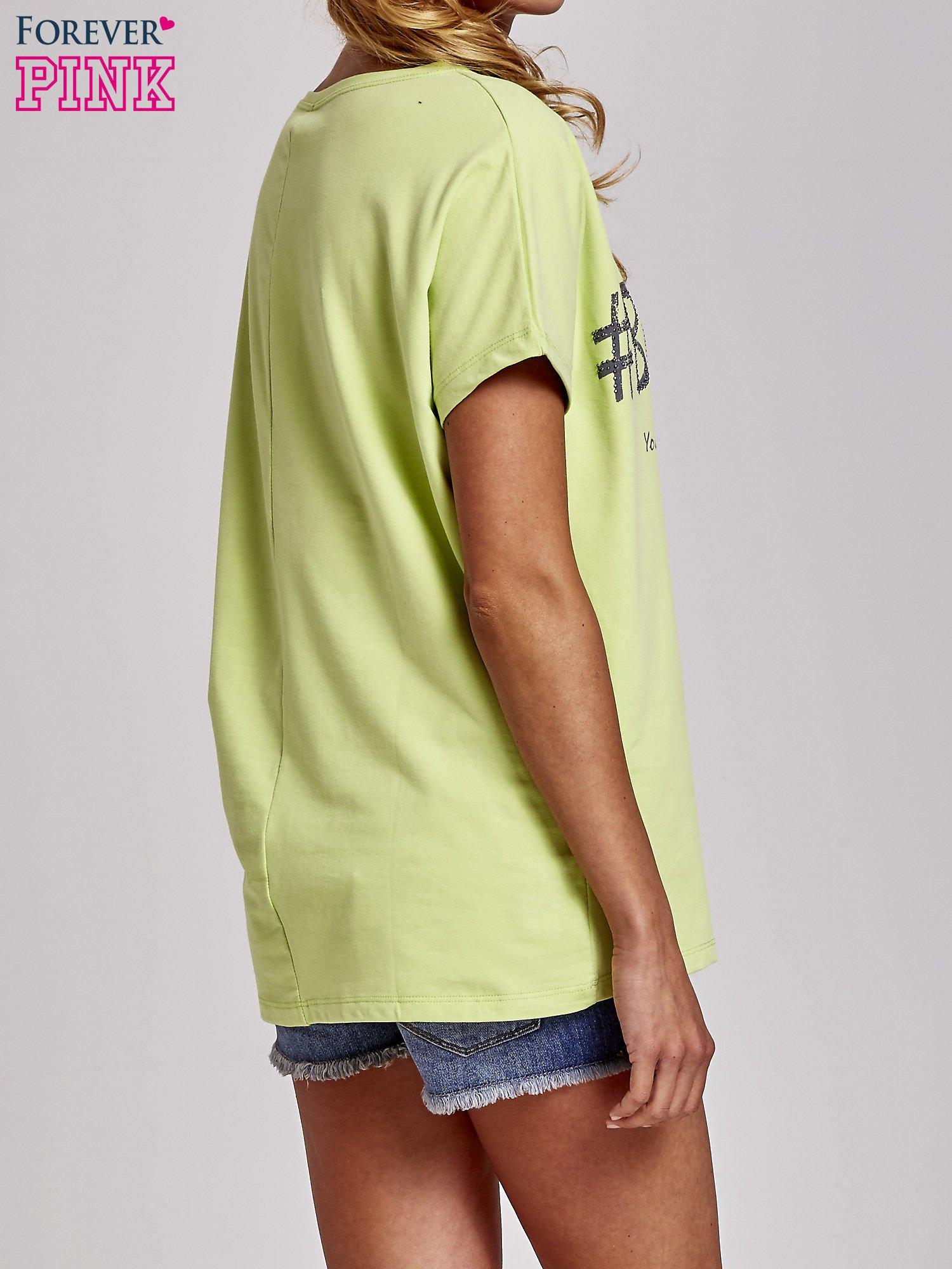 Zielony t-shirt z hashtagiem #BECAUSE                                  zdj.                                  4
