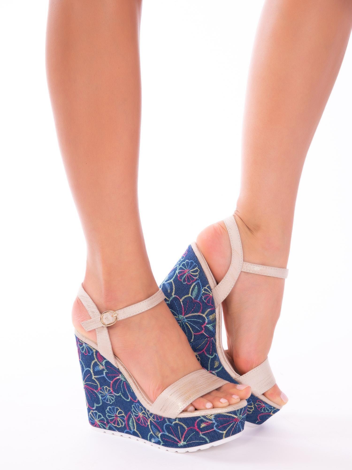 65af6c95 Złote sandały na koturnach z kolorowymi haftami w kształcie kwiatów - Buty  Koturny - sklep eButik.pl