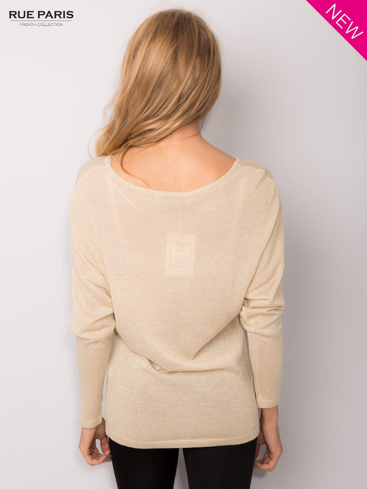 Złoty sweter z opuszczonymi rękawami przeplatany metalizowaną nicią                                  zdj.                                  4