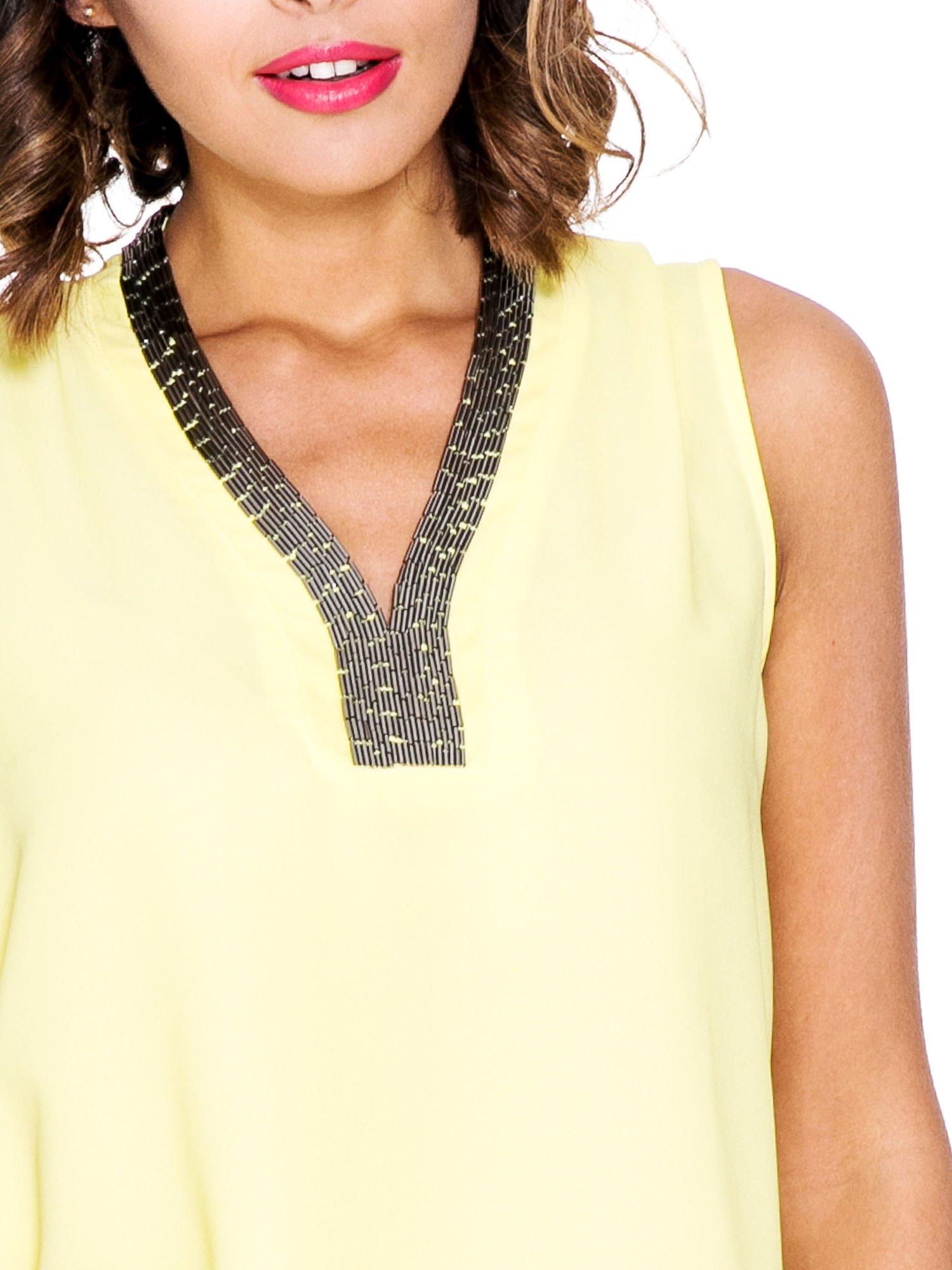 Żółta bluzka koszulowa z biżuteryjnym dekoltem V-neck                                  zdj.                                  5