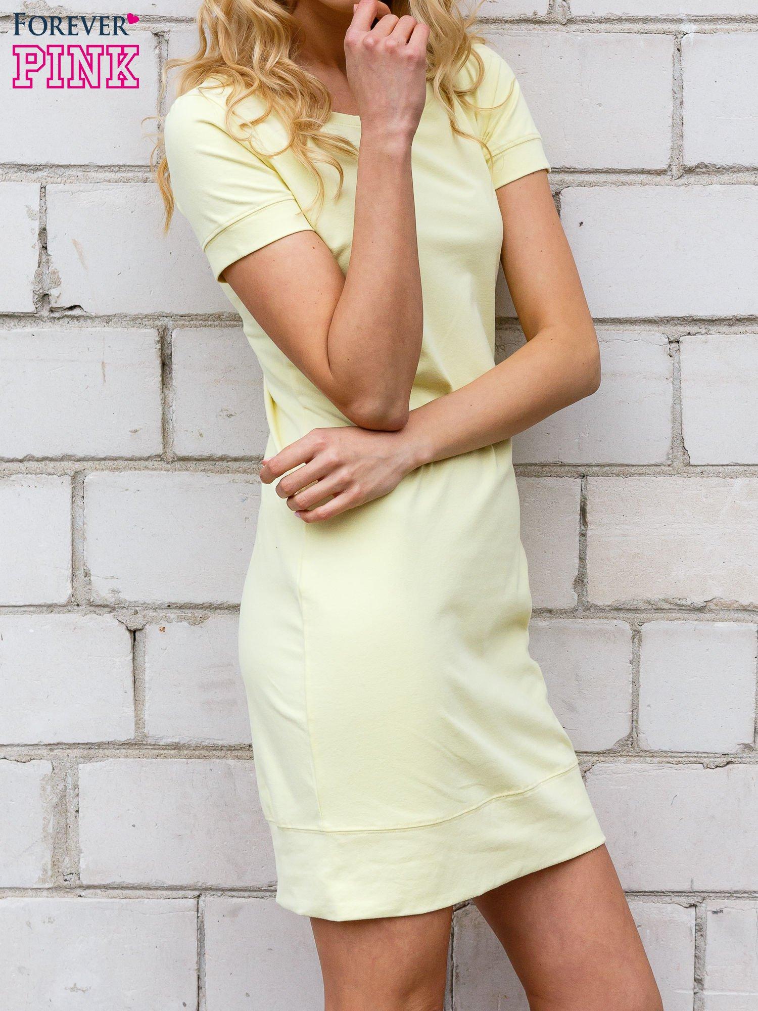 Żółta gładka sukienka ze ściągaczem na dole                                  zdj.                                  2