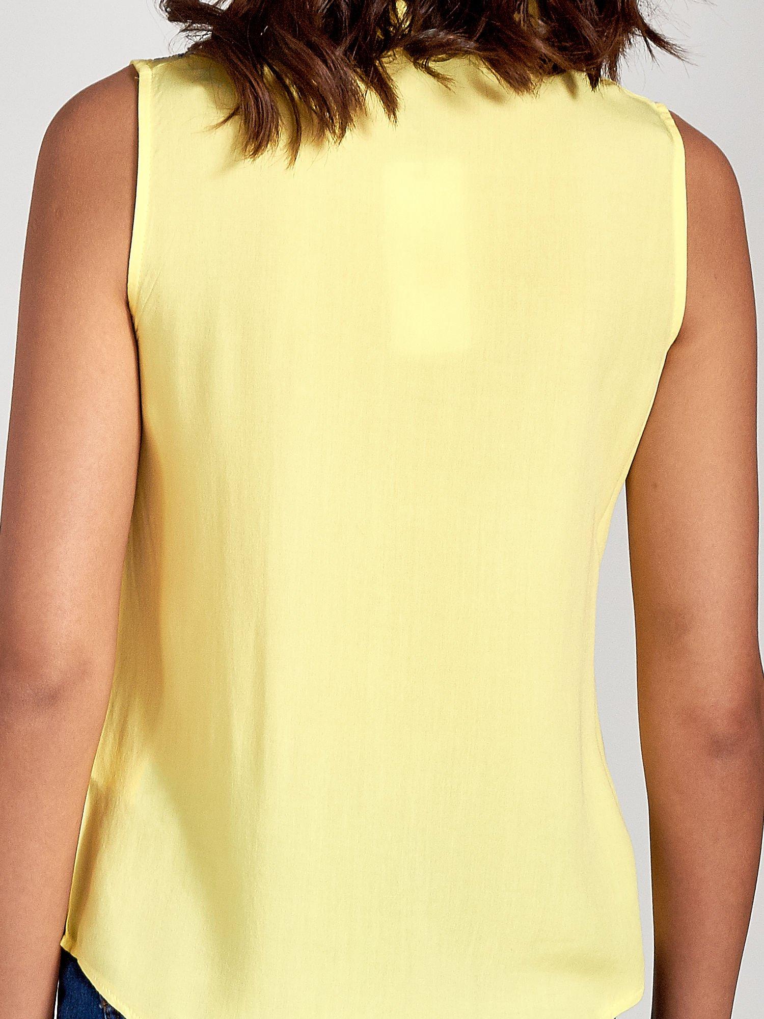 Żółta koszula bez rękawów z kolorowym haftem na górze                                  zdj.                                  6