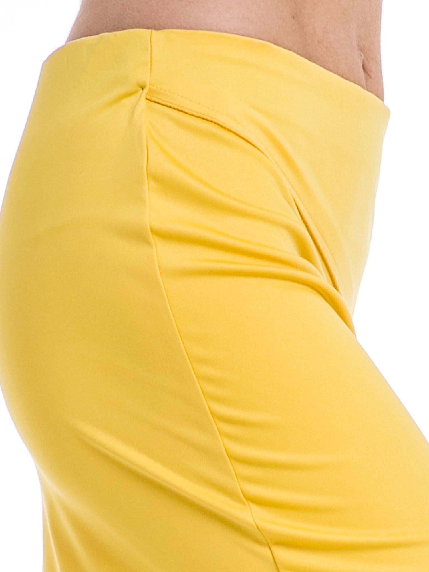 Żółta minispódniczka z rozporkiem i przeszyciami                                  zdj.                                  5
