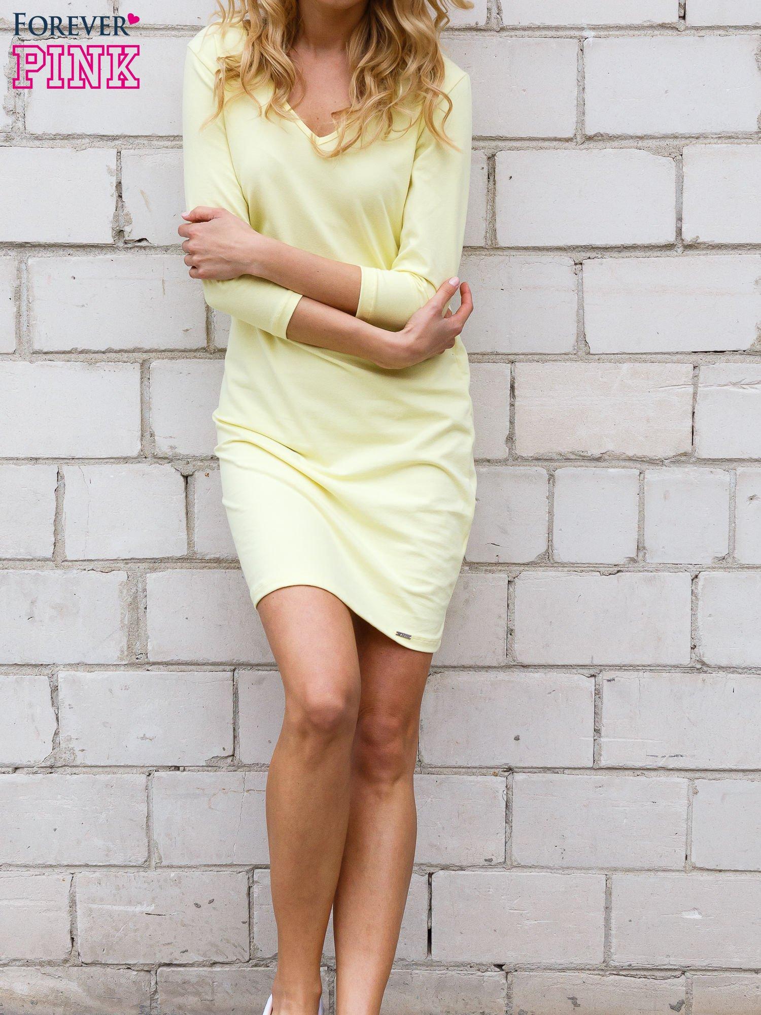 Żółta sukienka z trójkątnym dekoltem                                  zdj.                                  2
