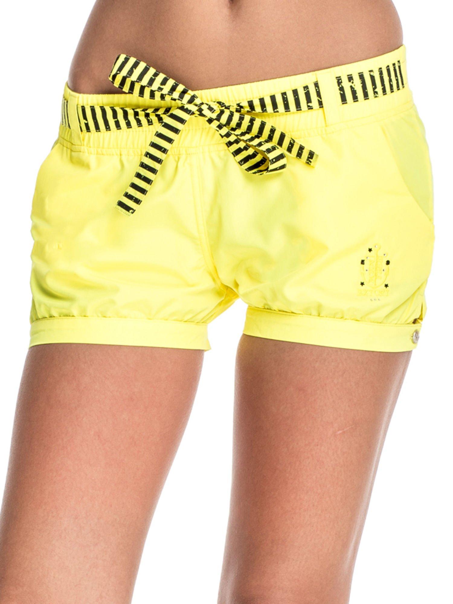 Żółte szorty damskie w stylu marynarskim                                  zdj.                                  1